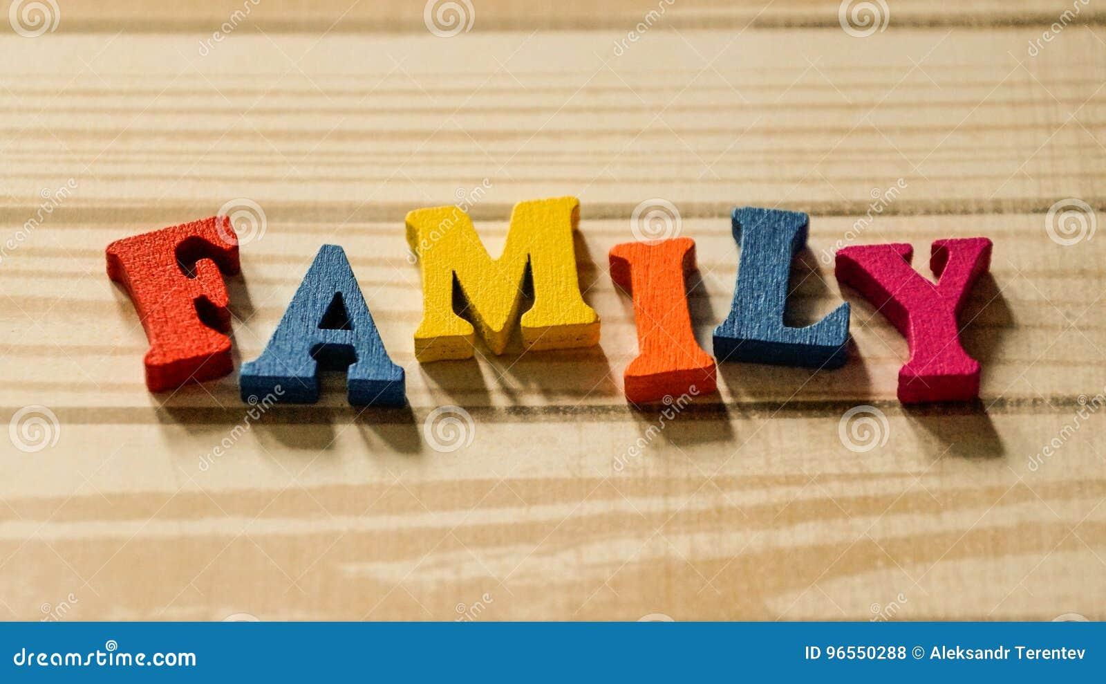 Lettere Di Legno Colorate : La famiglia di parole dalle lettere di legno colorate sulla tavola