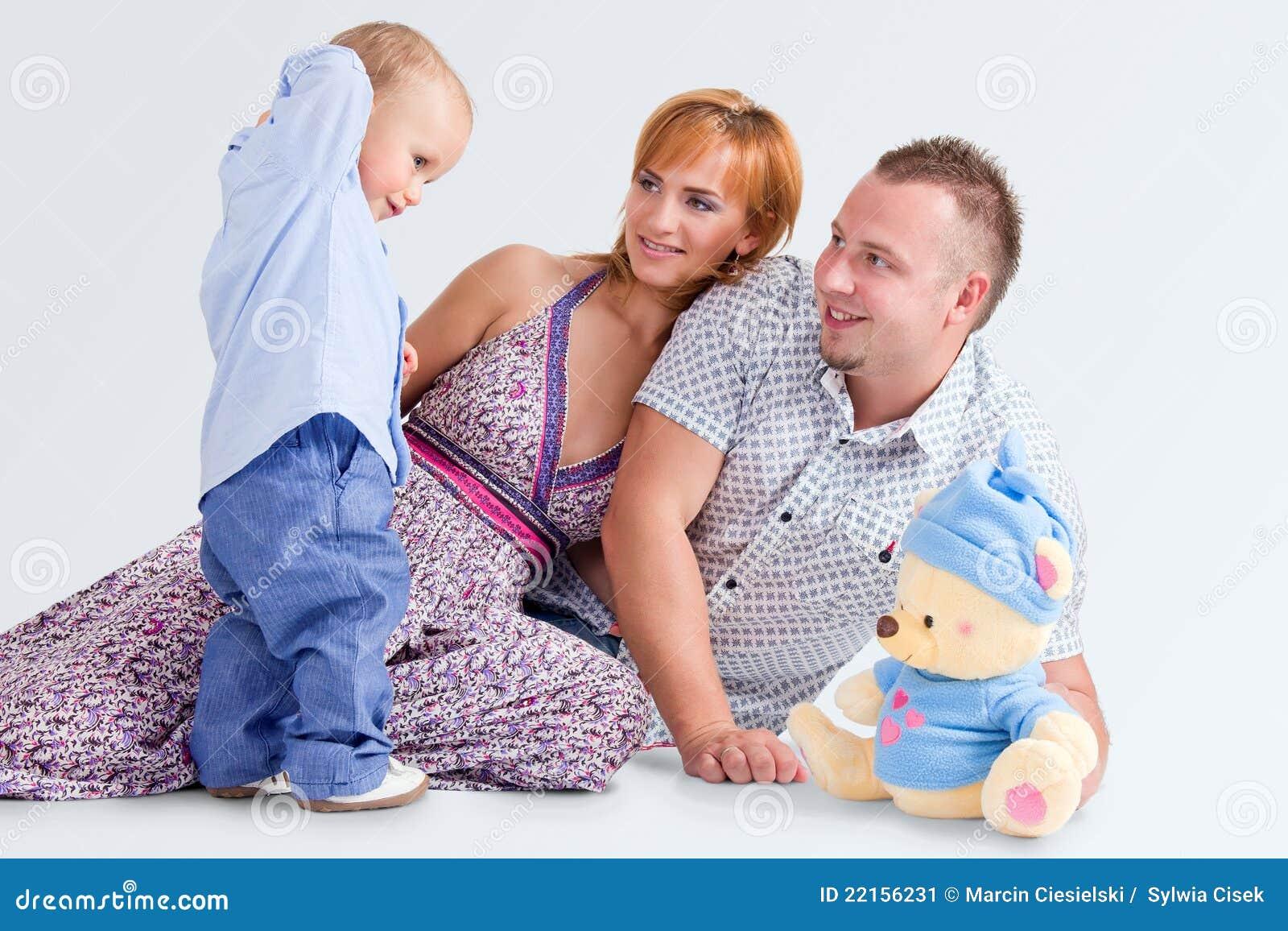 La famiglia felice e orsacchiotto-sopporta