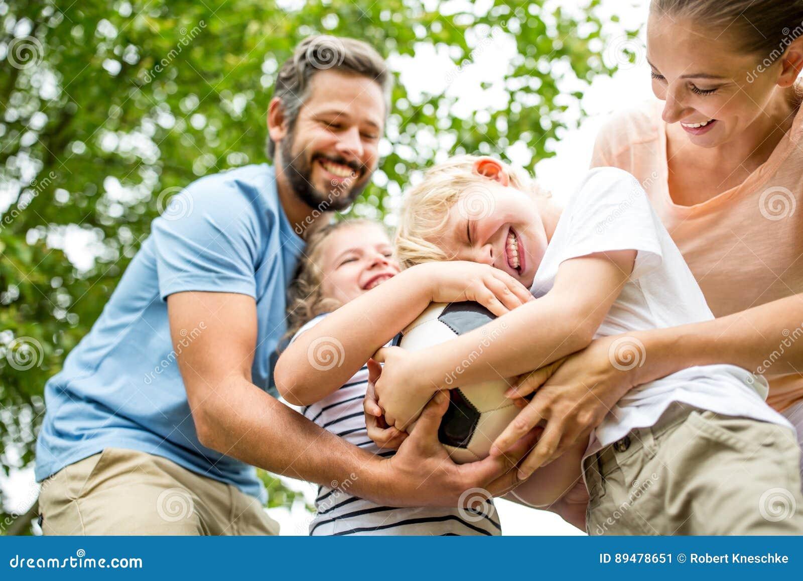 La famiglia si diverte con calcio