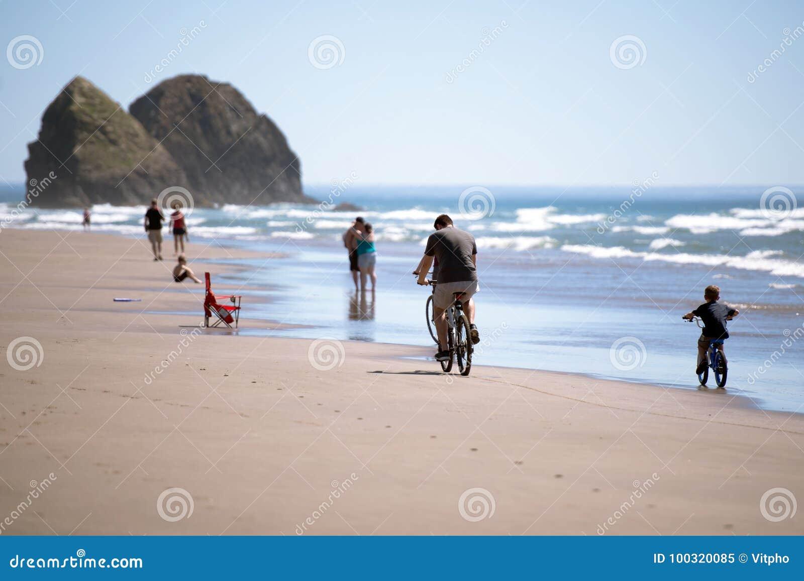 La famiglia sulle biciclette e l altra gente stanno riposando sul pictu