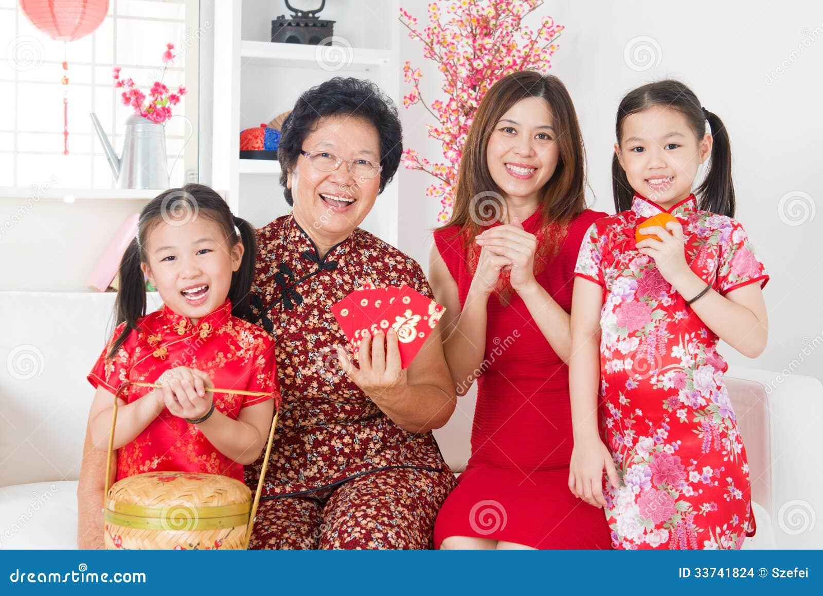 La familia asiática de las generaciones multi celebra Año Nuevo chino