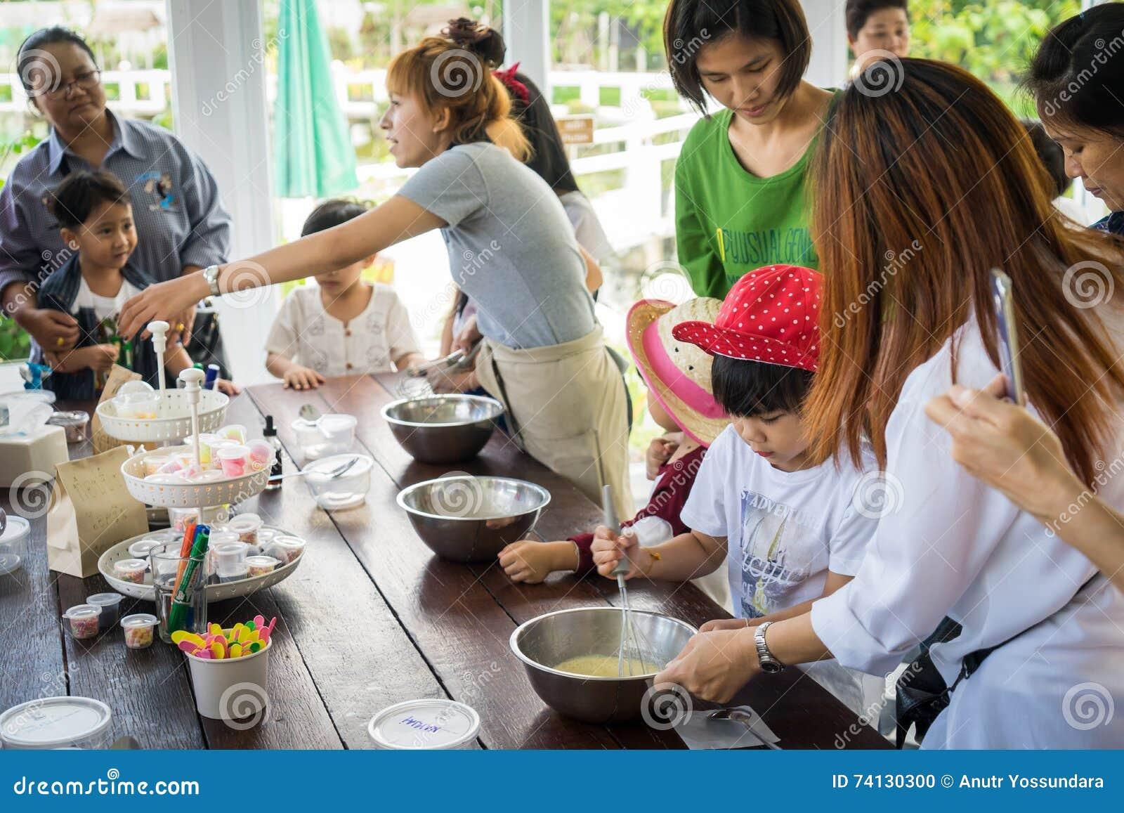 Bangkok, Tailandia   12 De Junio De 2016: La Familia Con Los Pequeños Niños  Está Cocinando En Una Clase De Cocina De La Panadería