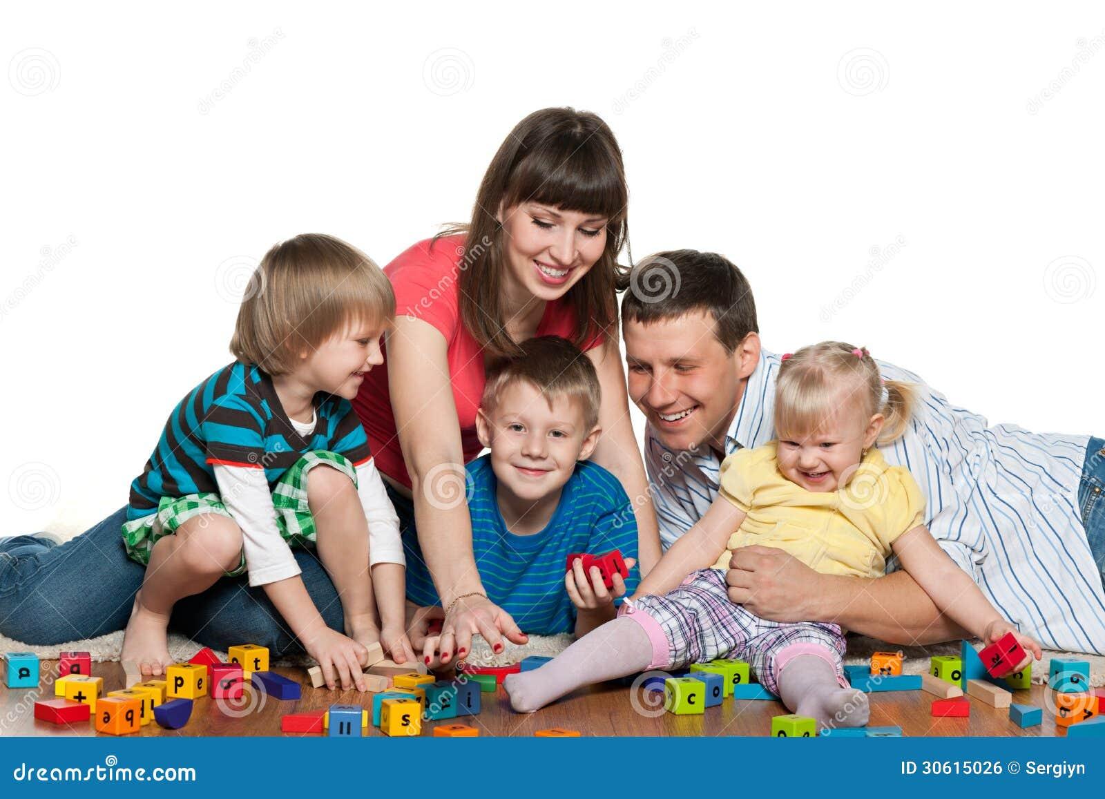 La familia est jugando con los ni os en el piso foto de - Alfombras para jugar ninos ...