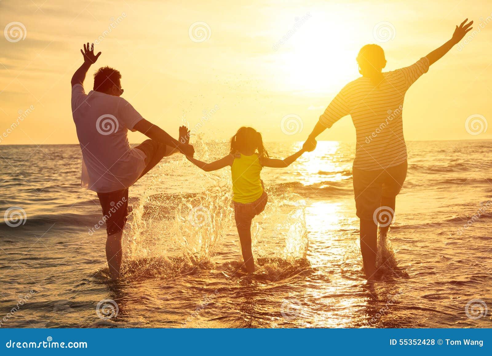 La familia feliz disfruta de vacaciones de verano
