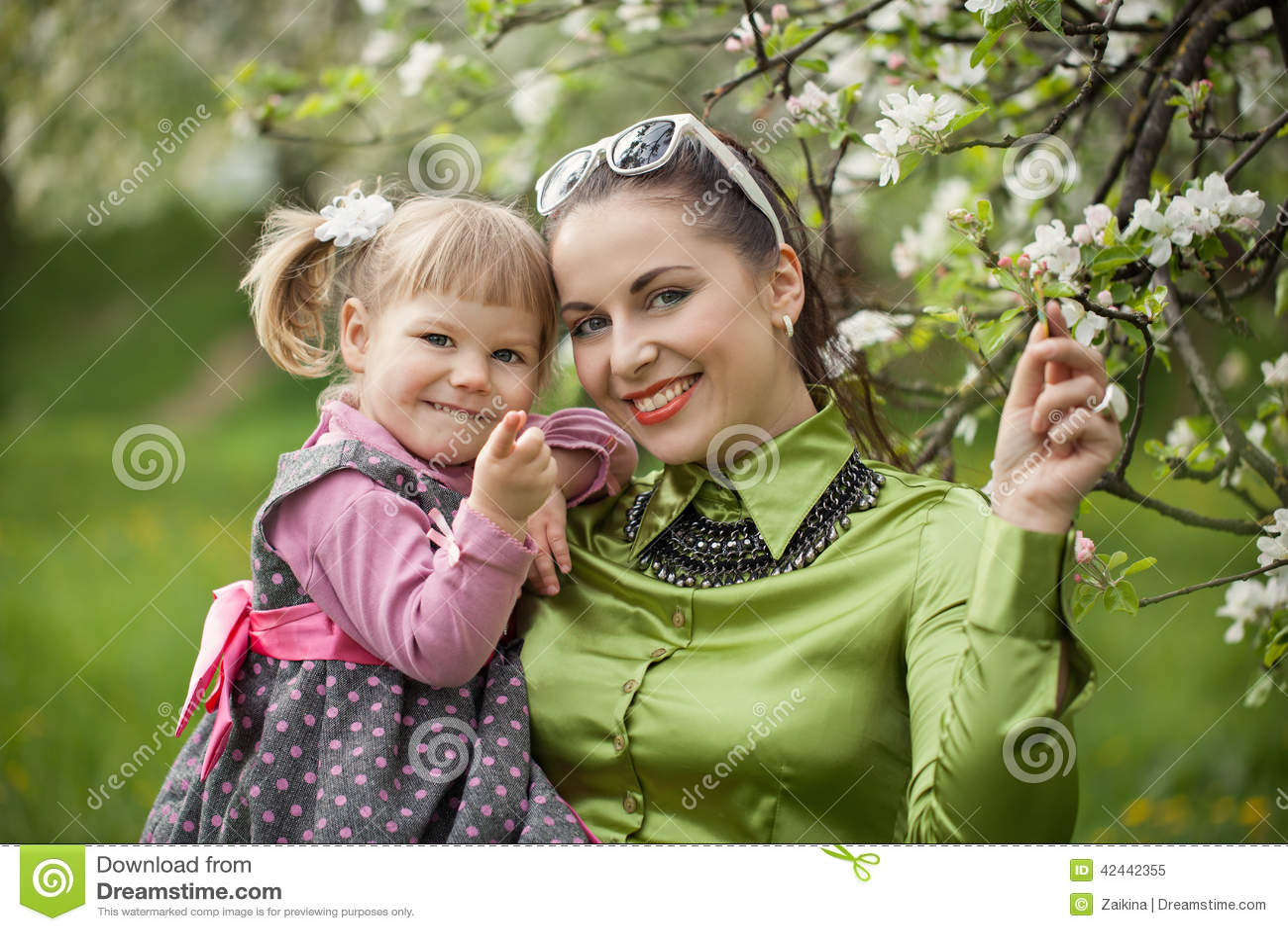 La familia feliz en la naturaleza al aire libre mima y la hija del bebé en
