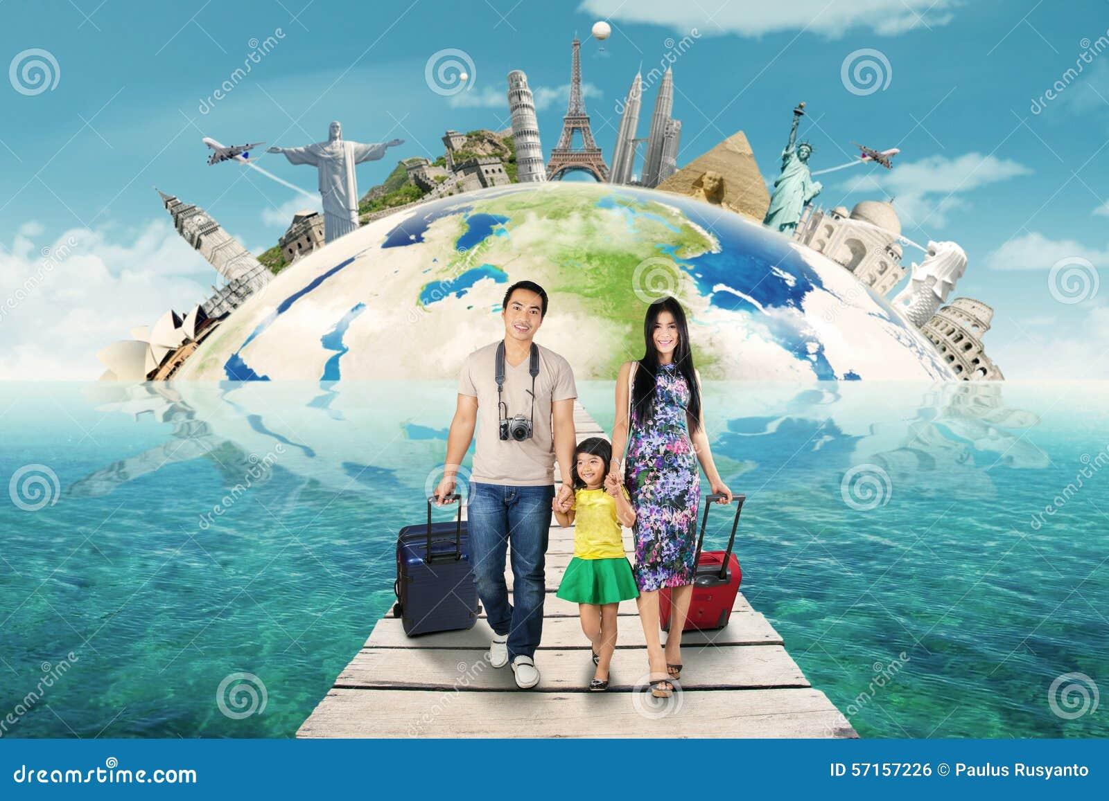 Vector Feliz Viaje Familia: La Familia Feliz Lleva Un Viaje El Monumento Del Mundo