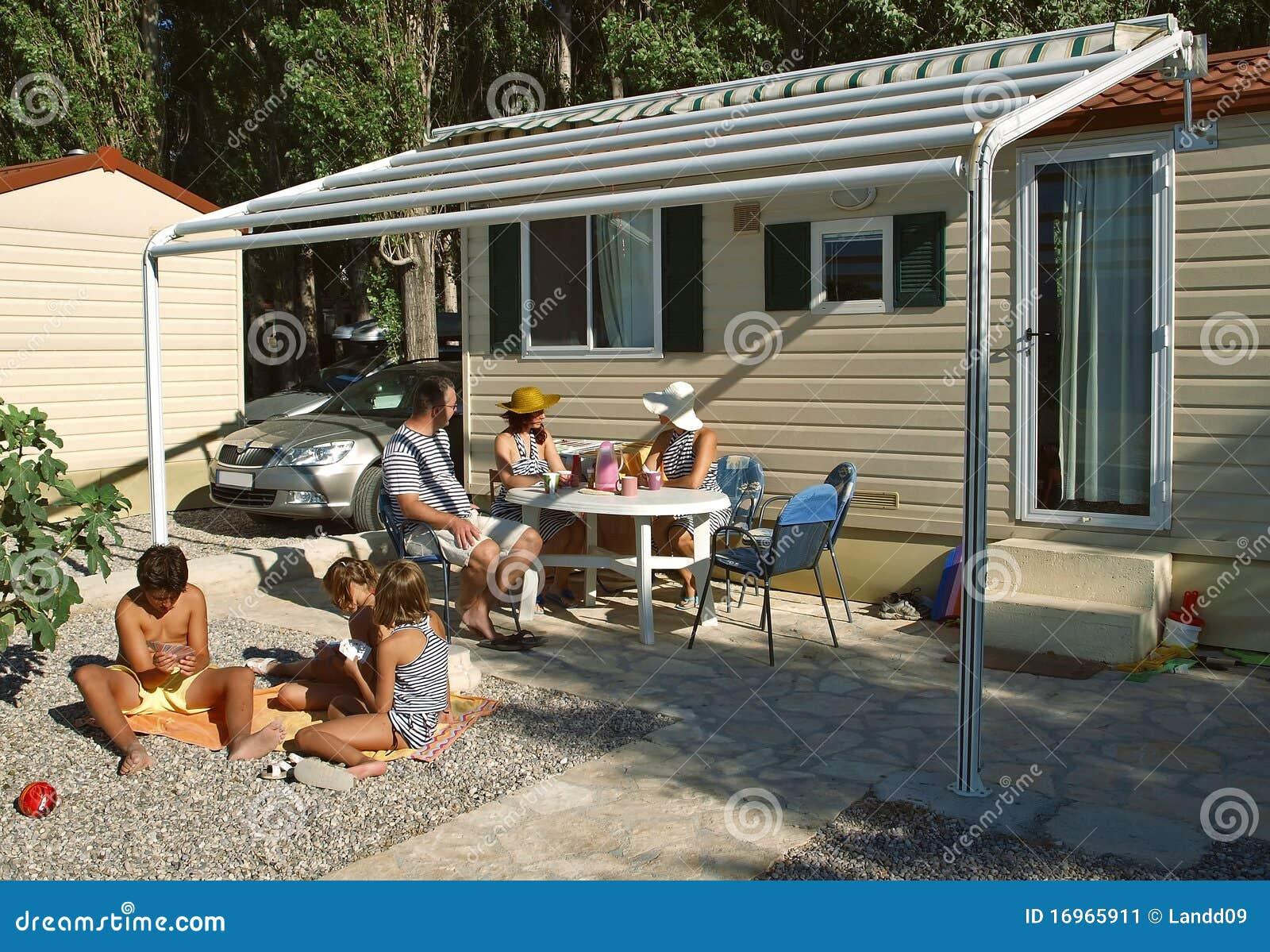 La familia goza el vacaciones de verano