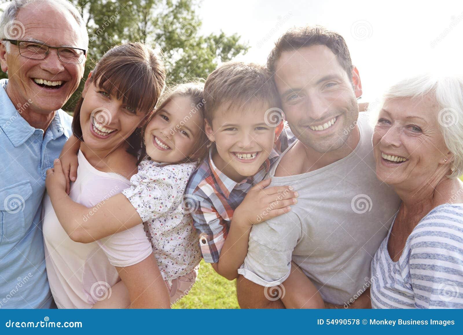 La familia multi de la generación que da a niños lleva a cuestas al aire libre