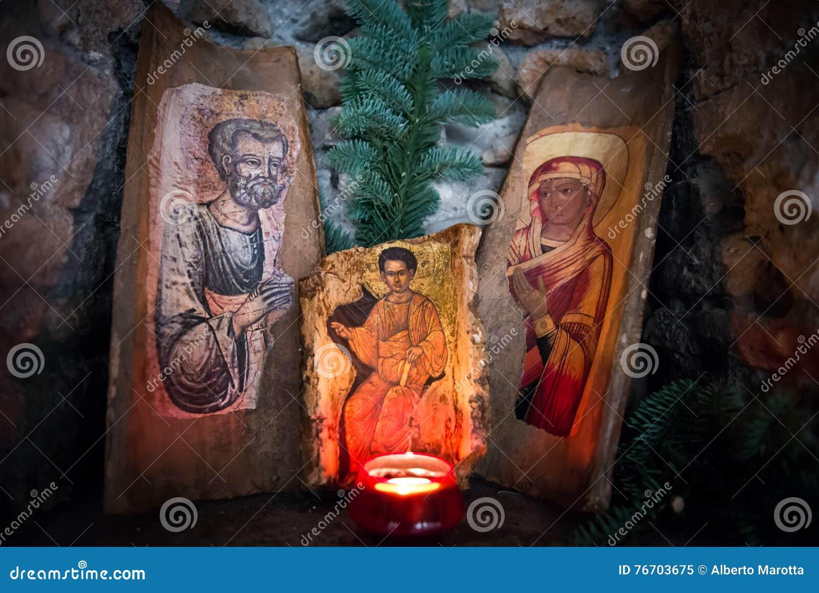 La familia santa con la luz de la vela