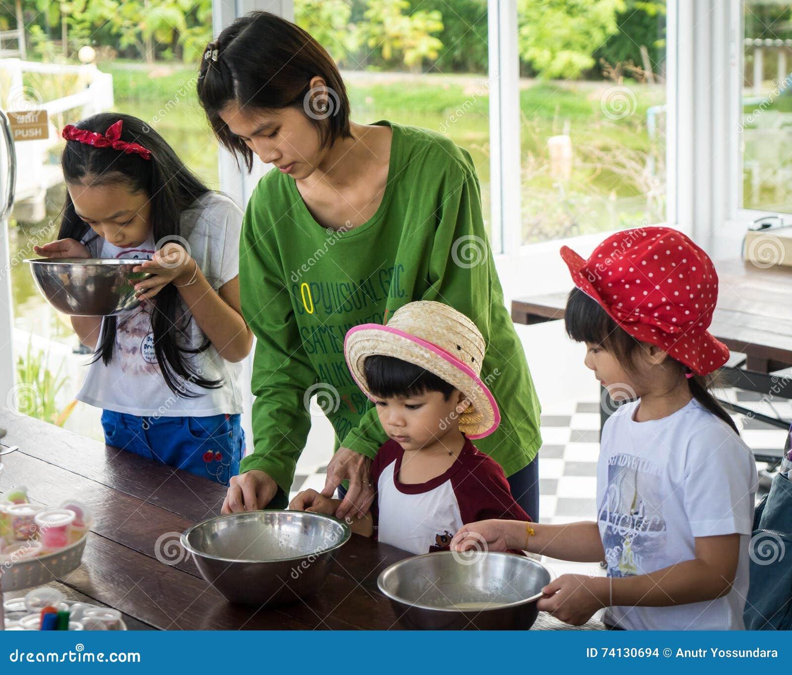 la famille avec de petits enfants font cuire dans un cours de ... - Cours De Cuisine En Famille
