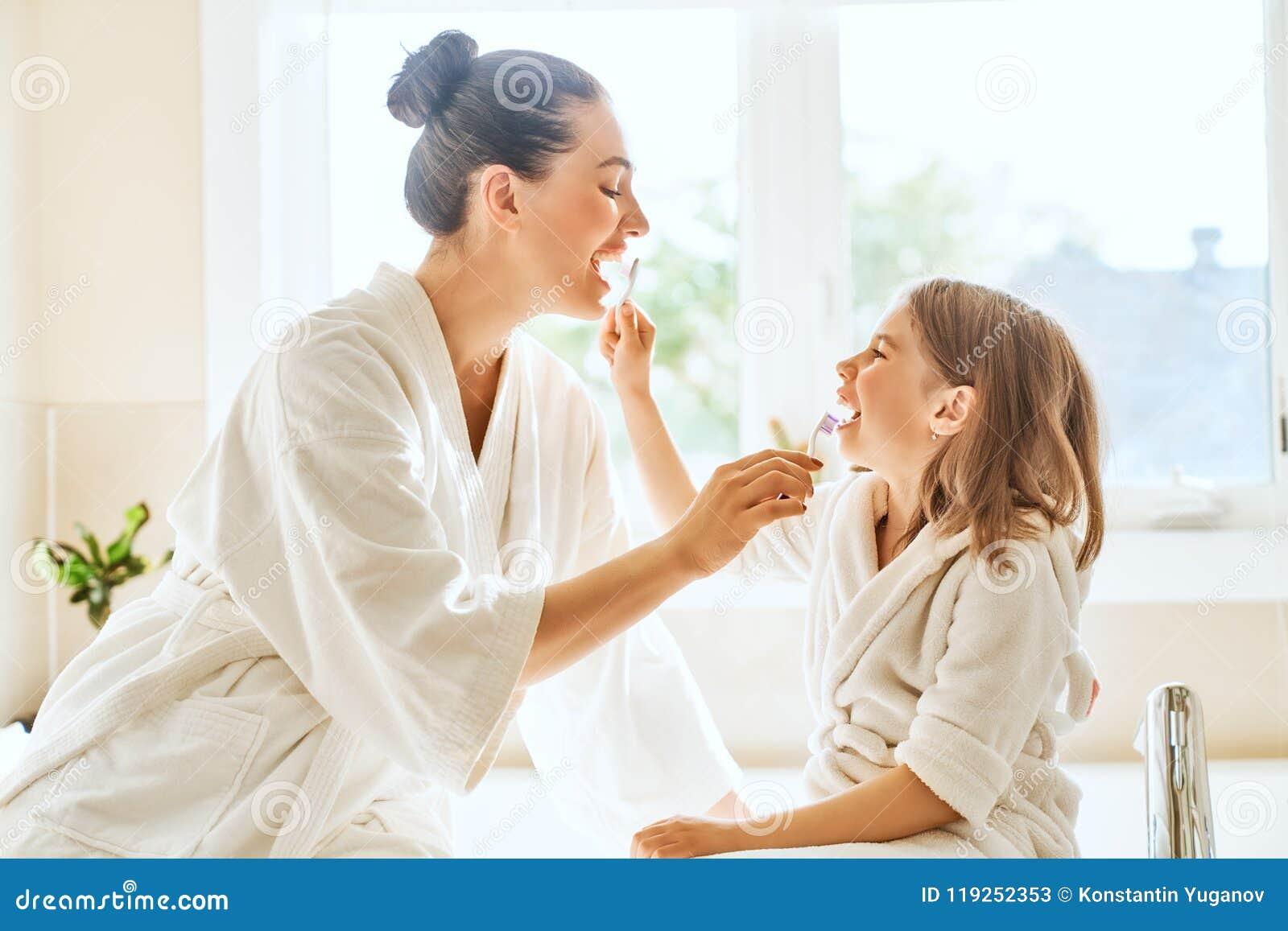La famille brossent des dents