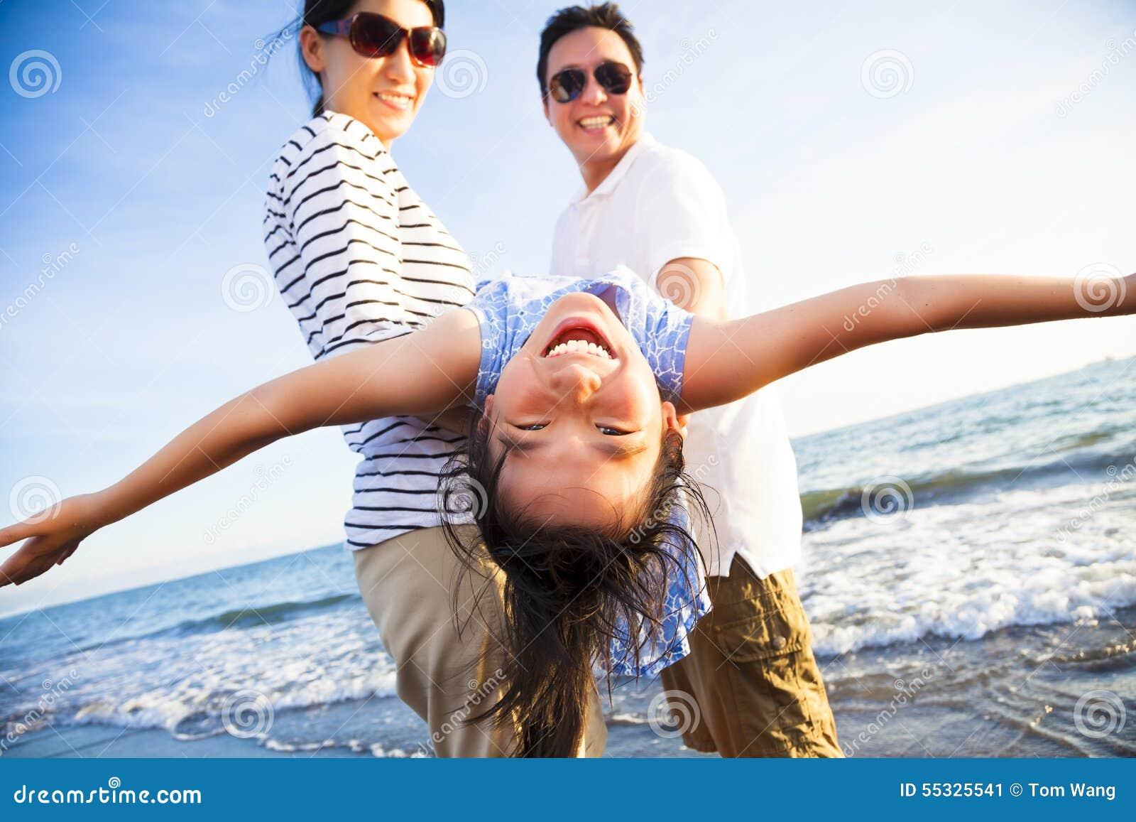 La famille heureuse apprécient des vacances d été sur la plage