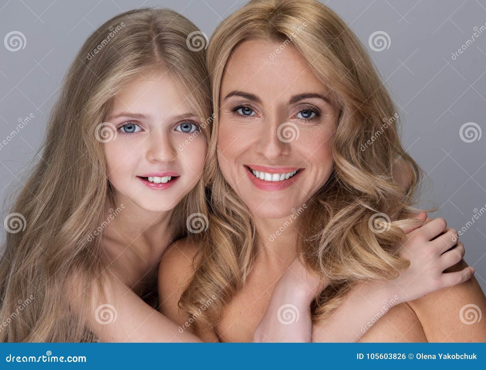 La Famille Heureuse Gaie Pose Avec Les Paules Nues Photo Stock - Image Du Concept -1121