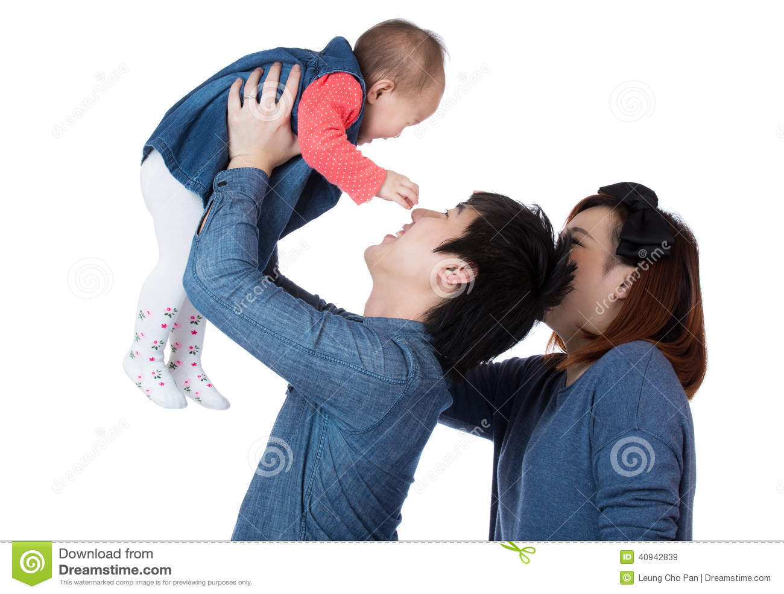 La famille heureuse jettent la fille de bébé