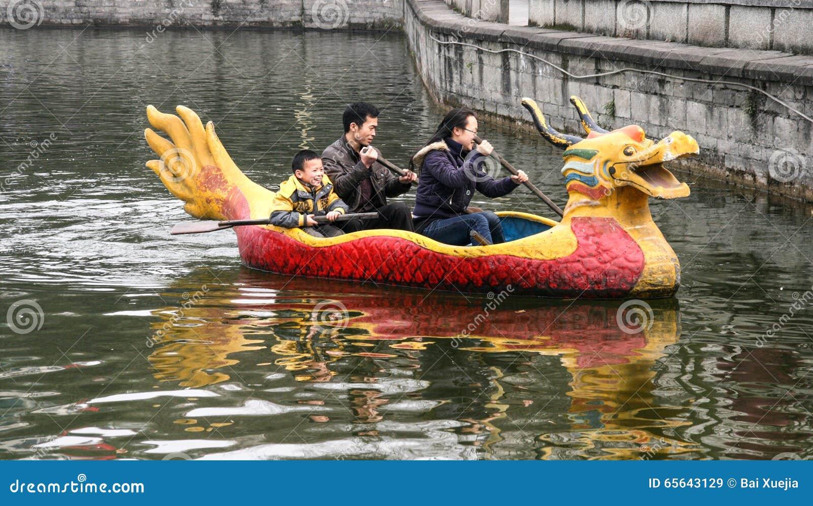 La famille ramant un bateau en parc de chengfei, Chengdu, porcelaine