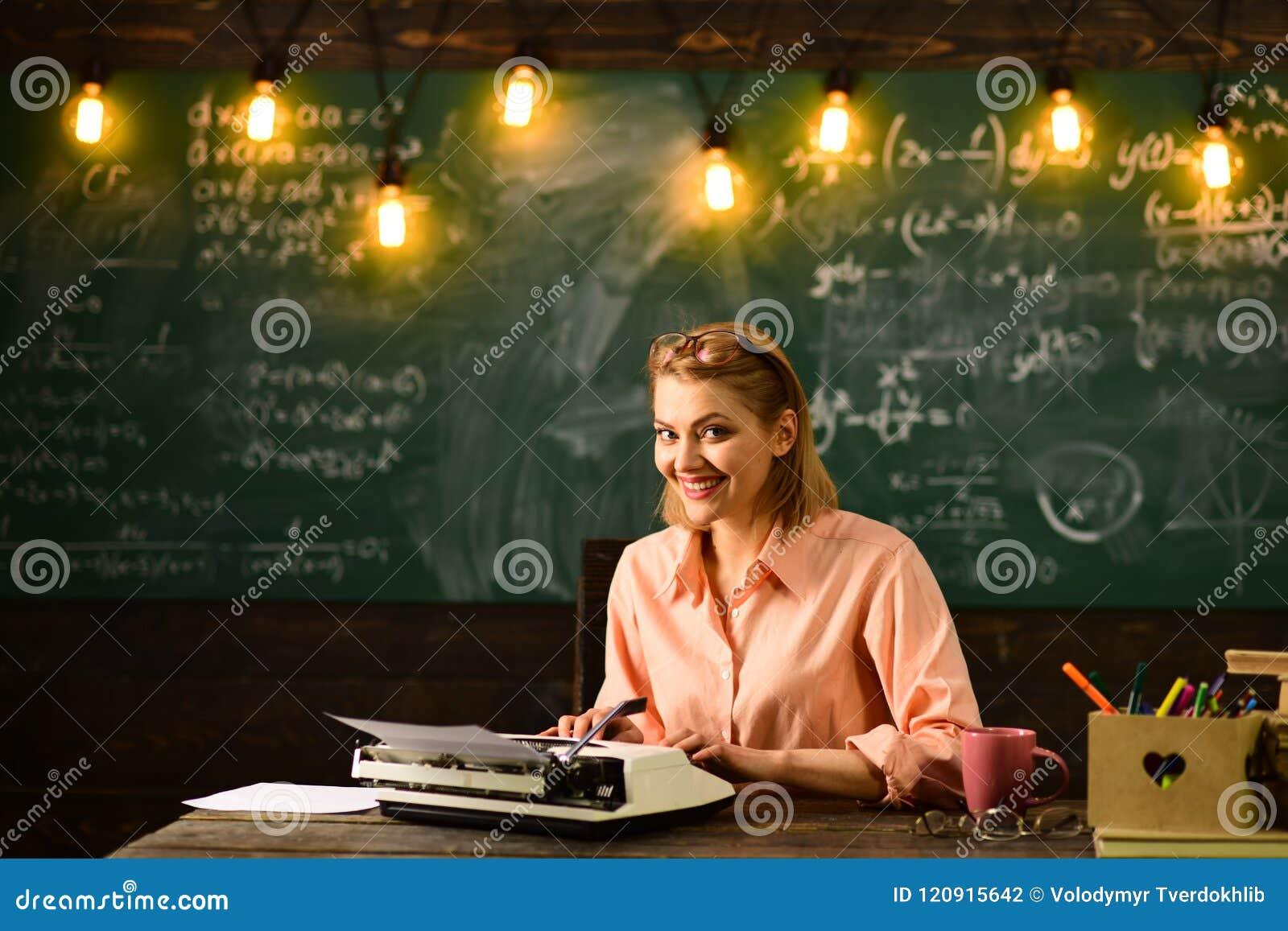 La femme écrivent le roman d histoire d amour dans la rédaction De nouveau à l école et à l enseignement à domicile Recherche de