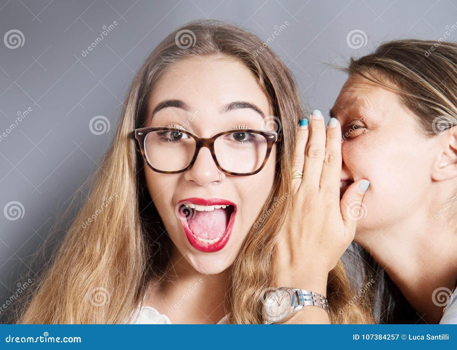 La femme étonnée pour un secret a dit à l oreille