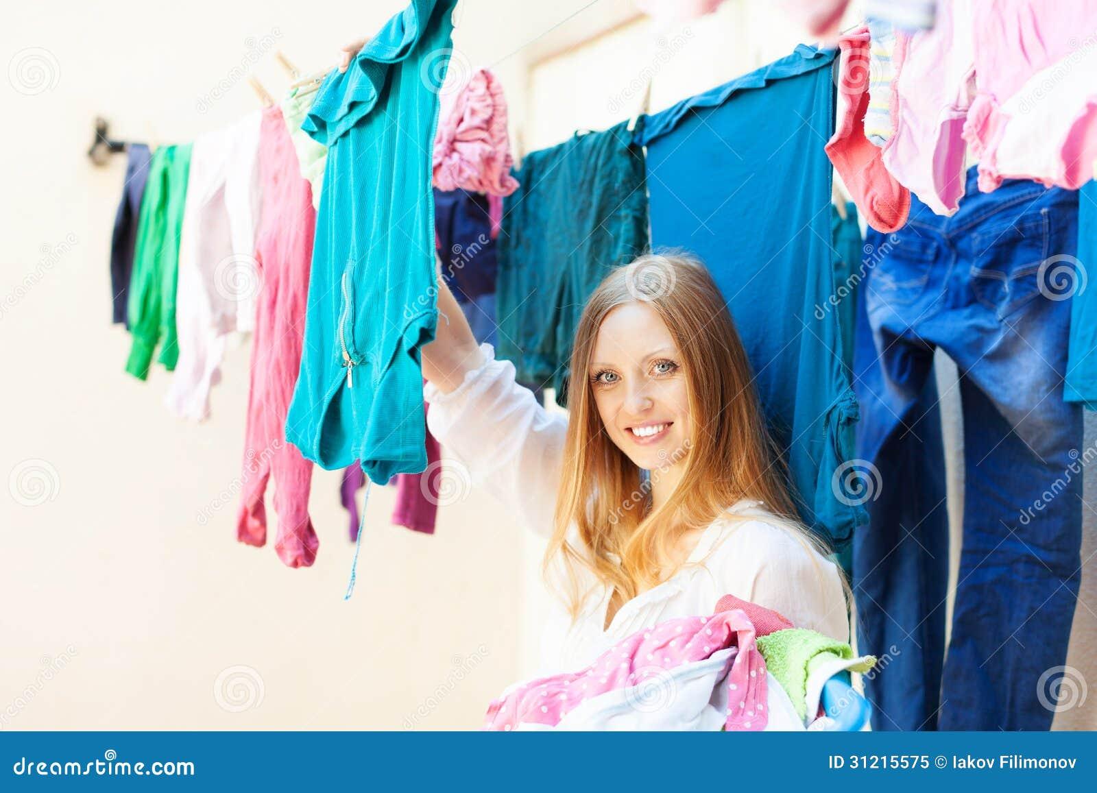 La femme accroche des vêtements pour sécher