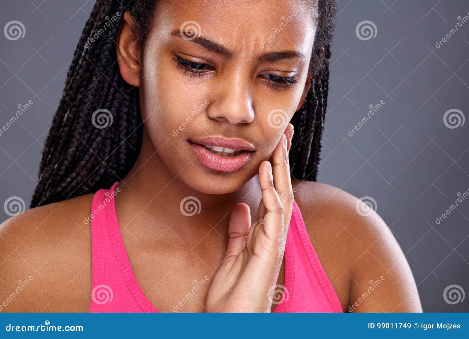La femme africaine a le mal de dents