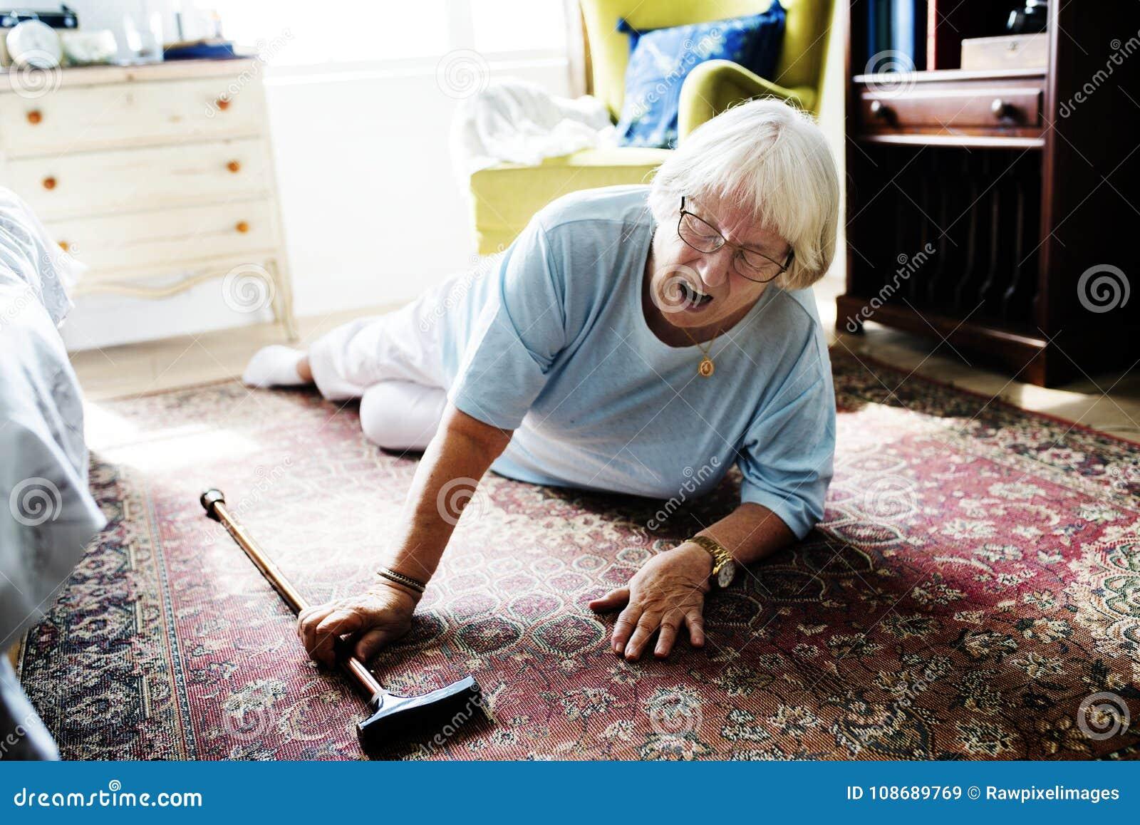 La femme agée est tombée sur le plancher