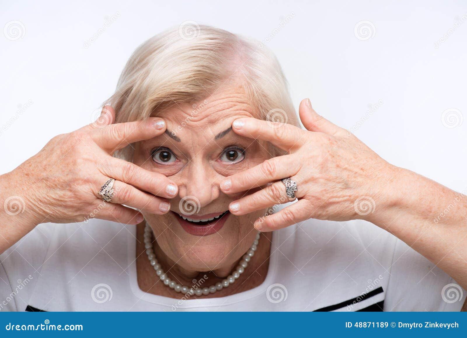 La femme agée ferme sa bouche, oreilles et yeux avec