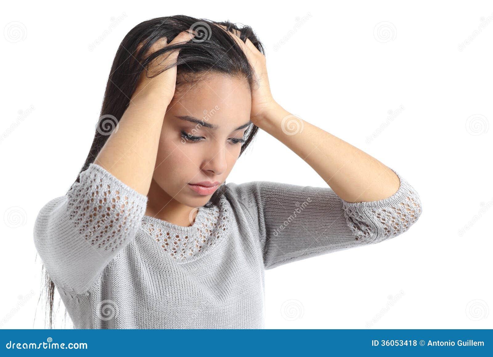 La femme arabe s est inquiétée avec les mains dans la tête