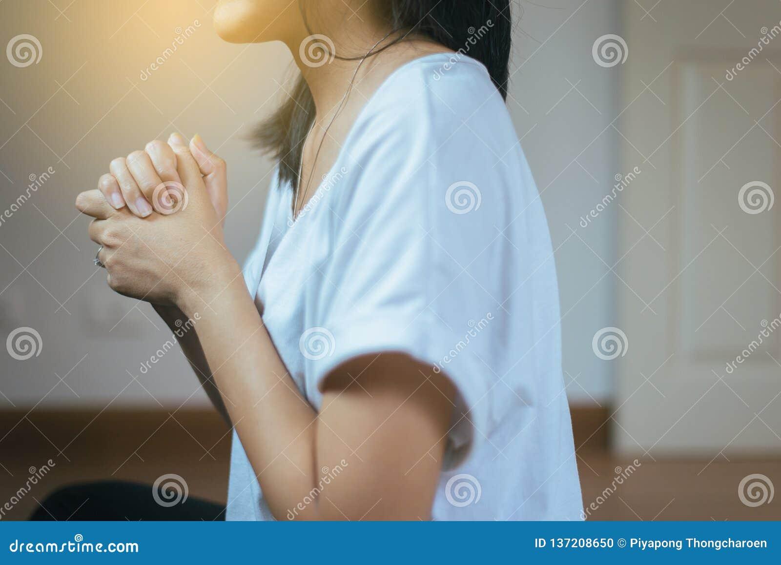 La femme asiatique avec la main en position de prière, les mains femelles de prière a étreint ensemble