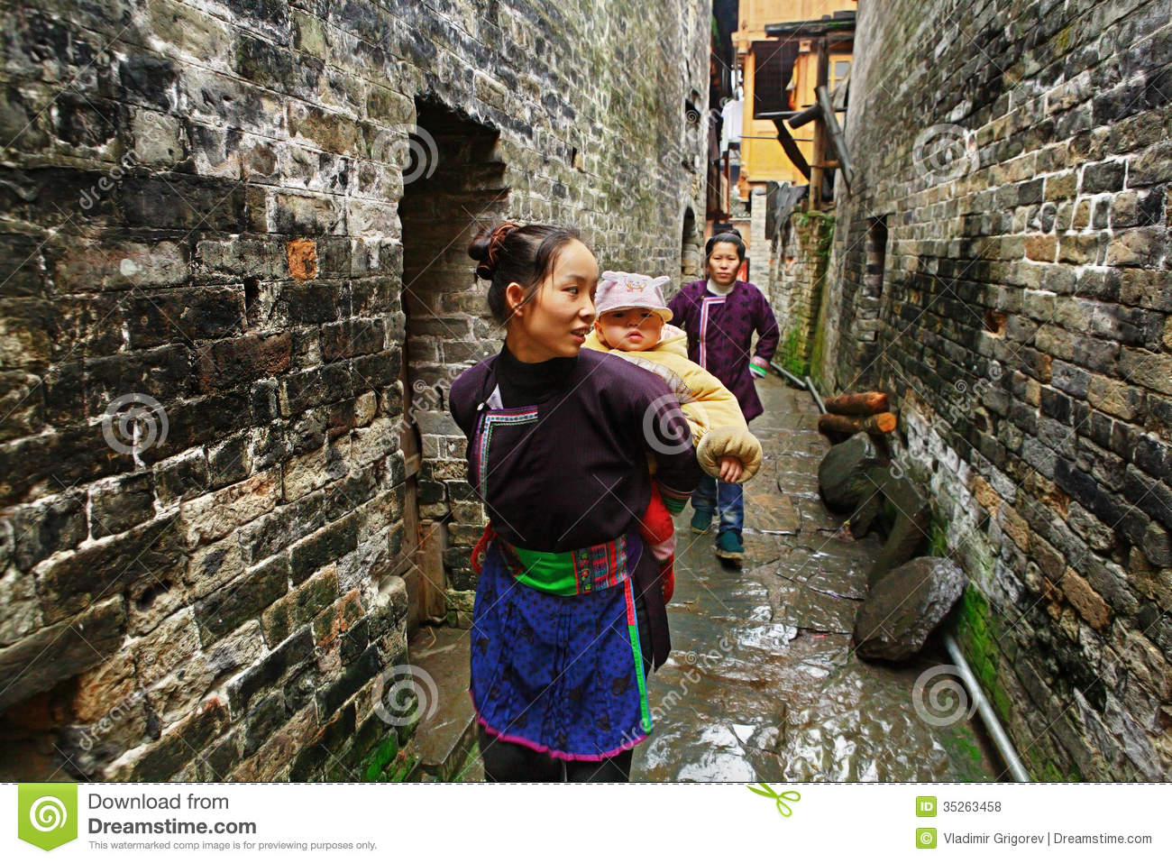 La femme asiatique porte le b b derri re le dos en chine rurale photo stock - Village de chine le mans ...