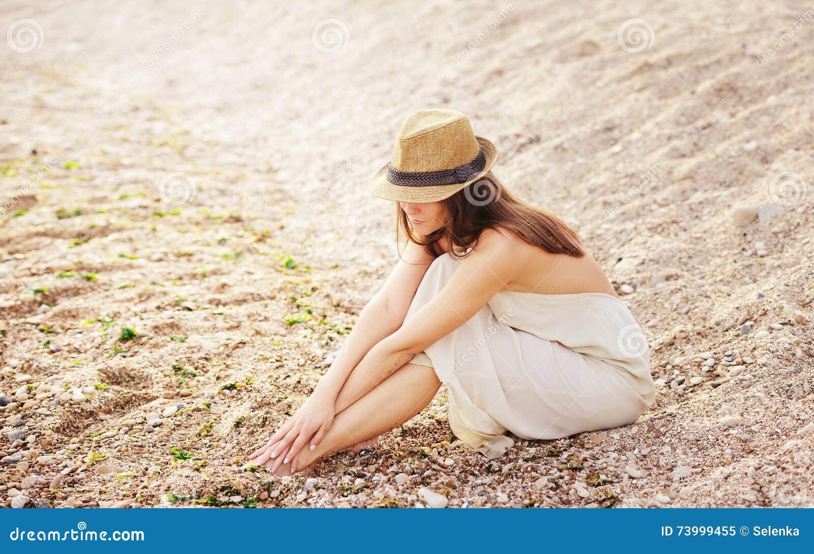 La femme assez calme détendent seul se reposer sur une plage de sable