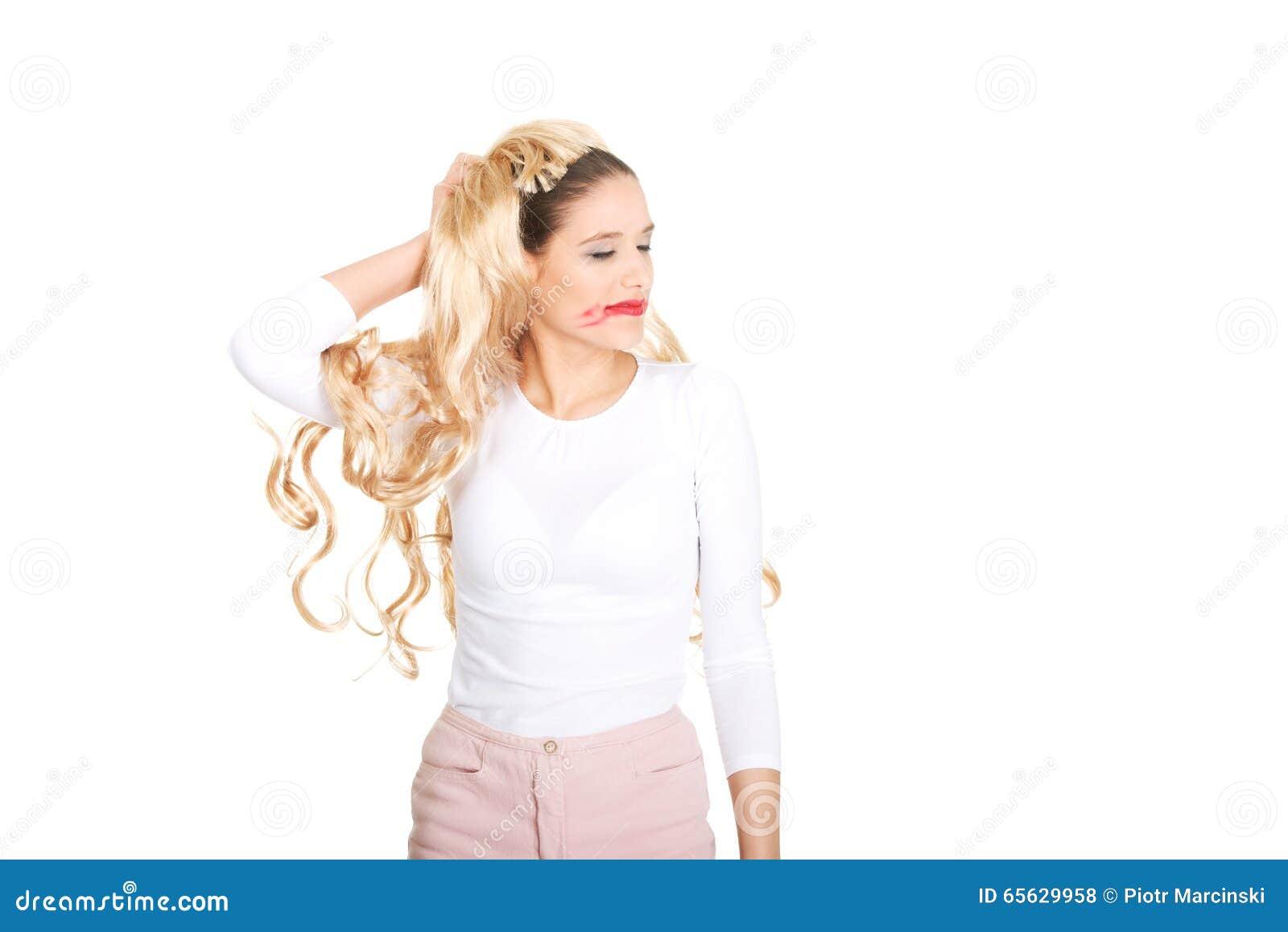 La femme attirante tire sa perruque