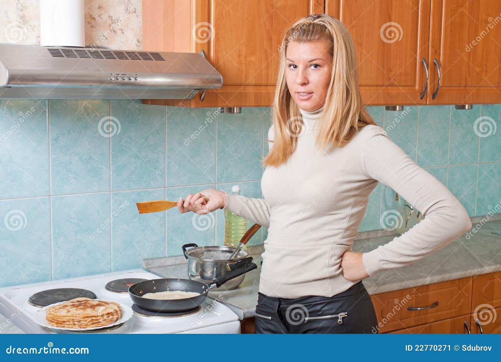 La femme au foyer fait des cr pes cuire au four image for Femme au foyer 1960