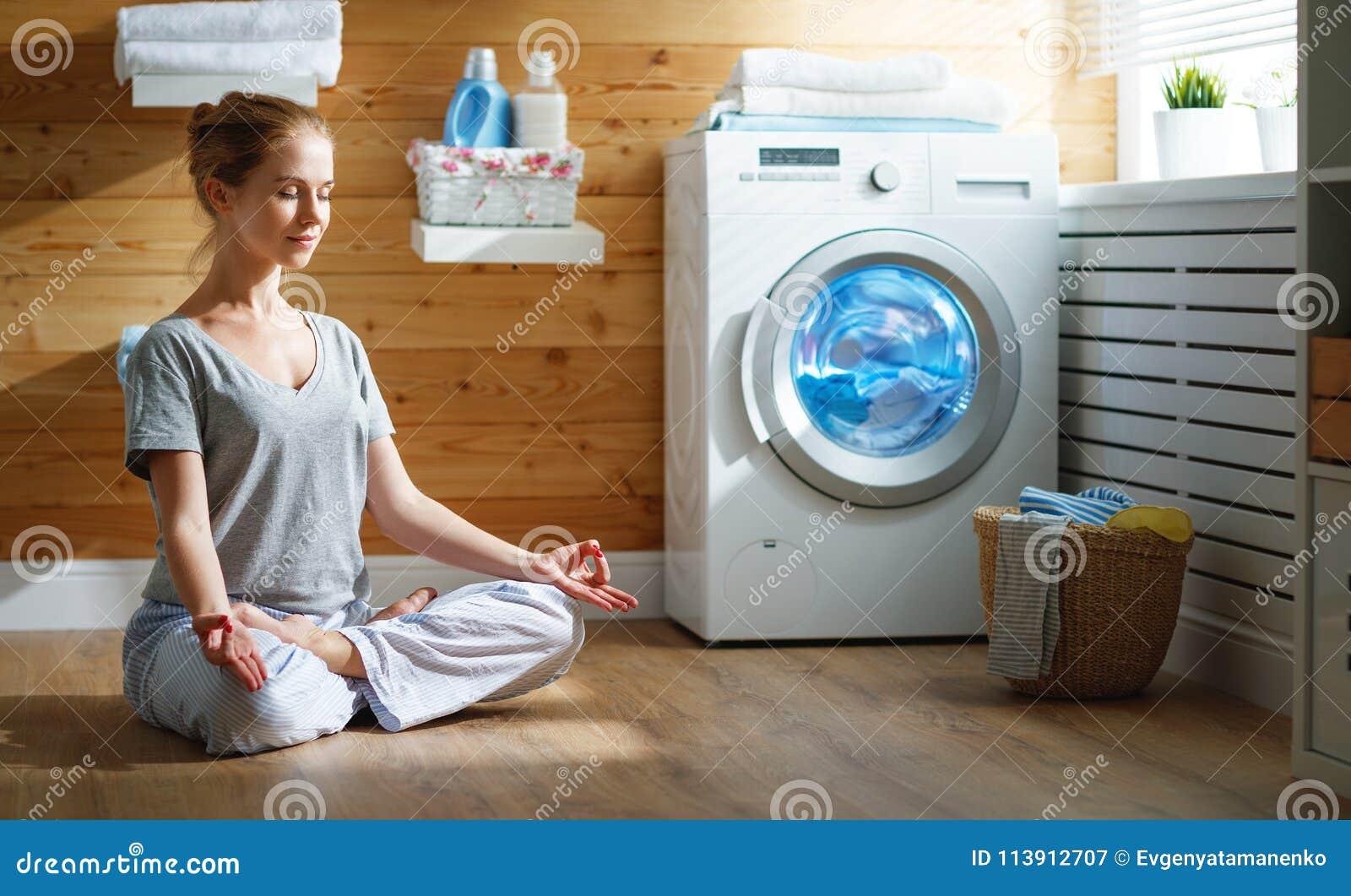 La femme au foyer fatiguée de femme dans l effort médite dans la pose de yoga de lotus dedans