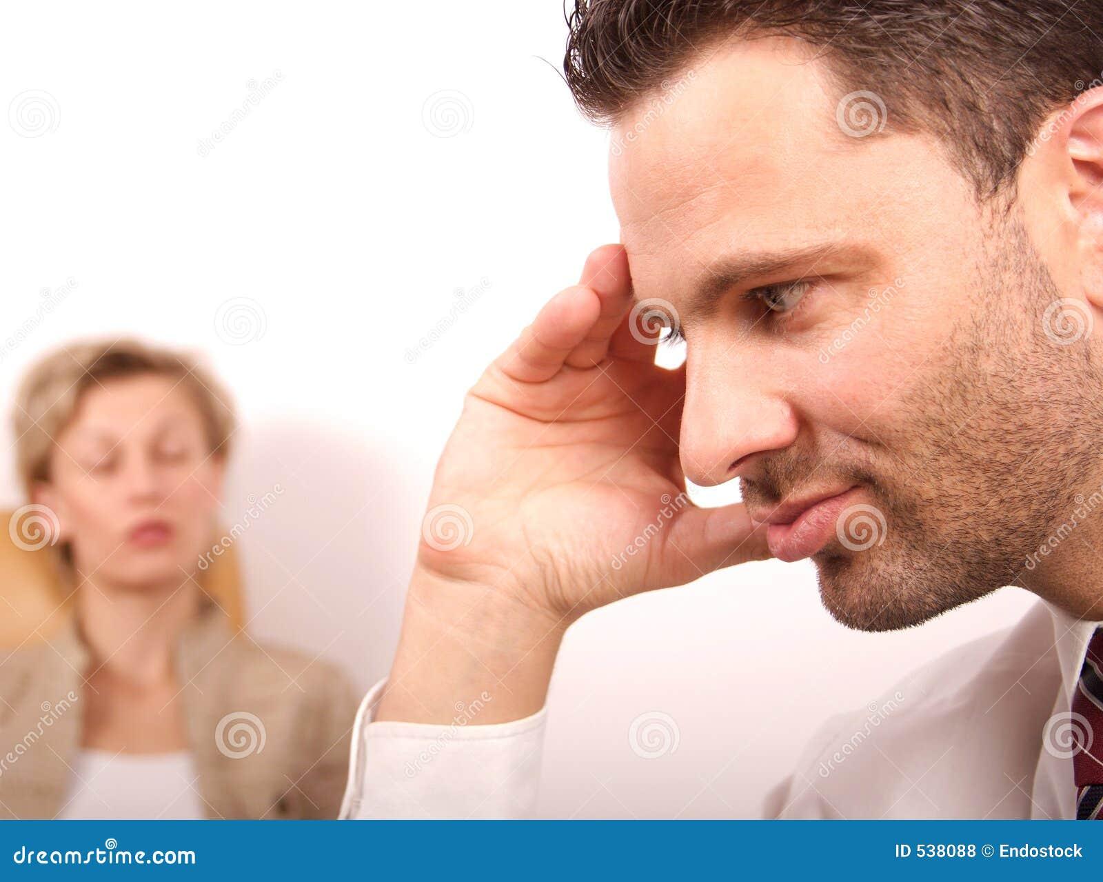 La femme avec des yeux s est fermée, visage de caches d homme avec la main