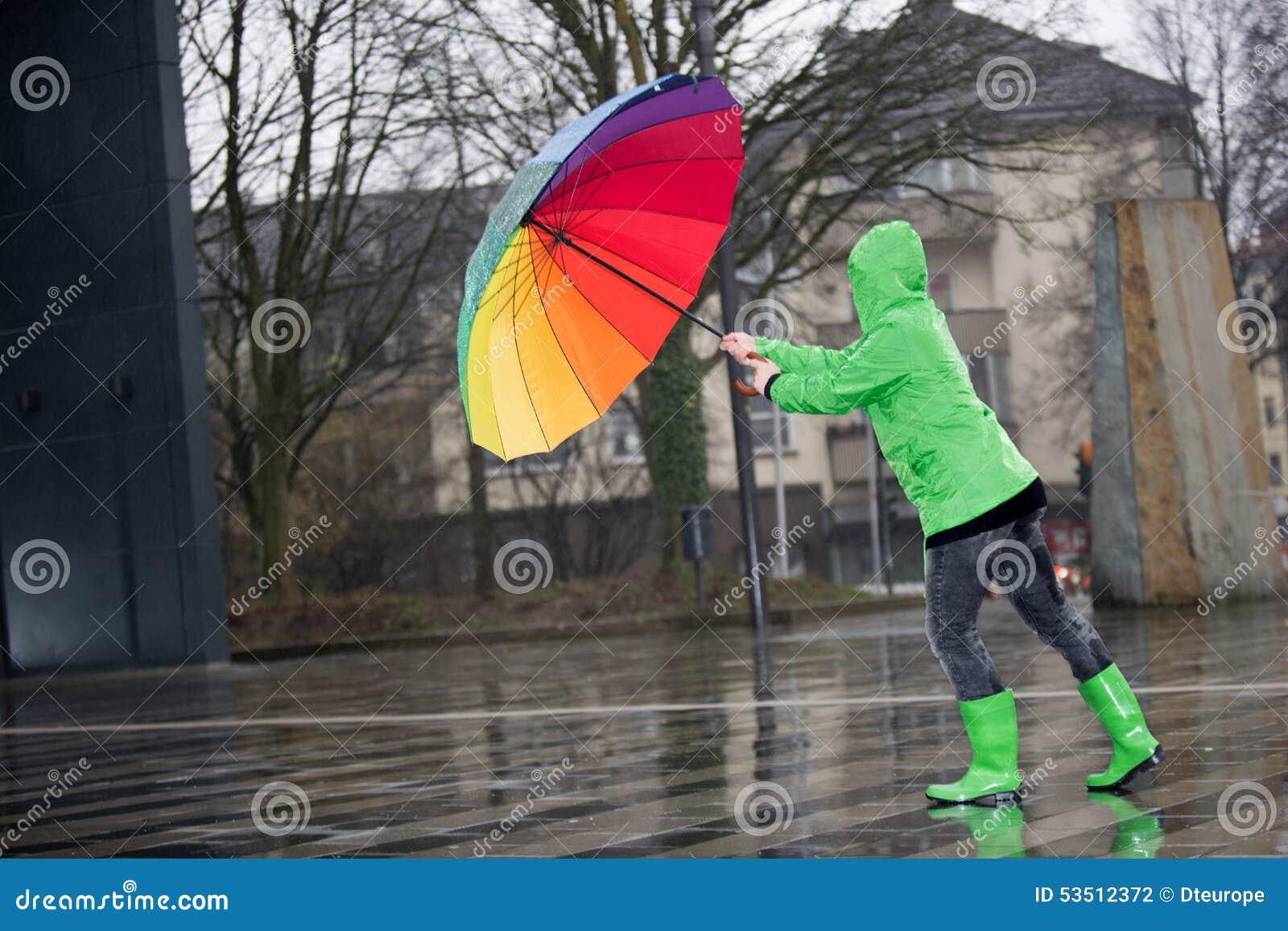 la femme avec un parapluie color lutte contre une tempte - Parapluie Color