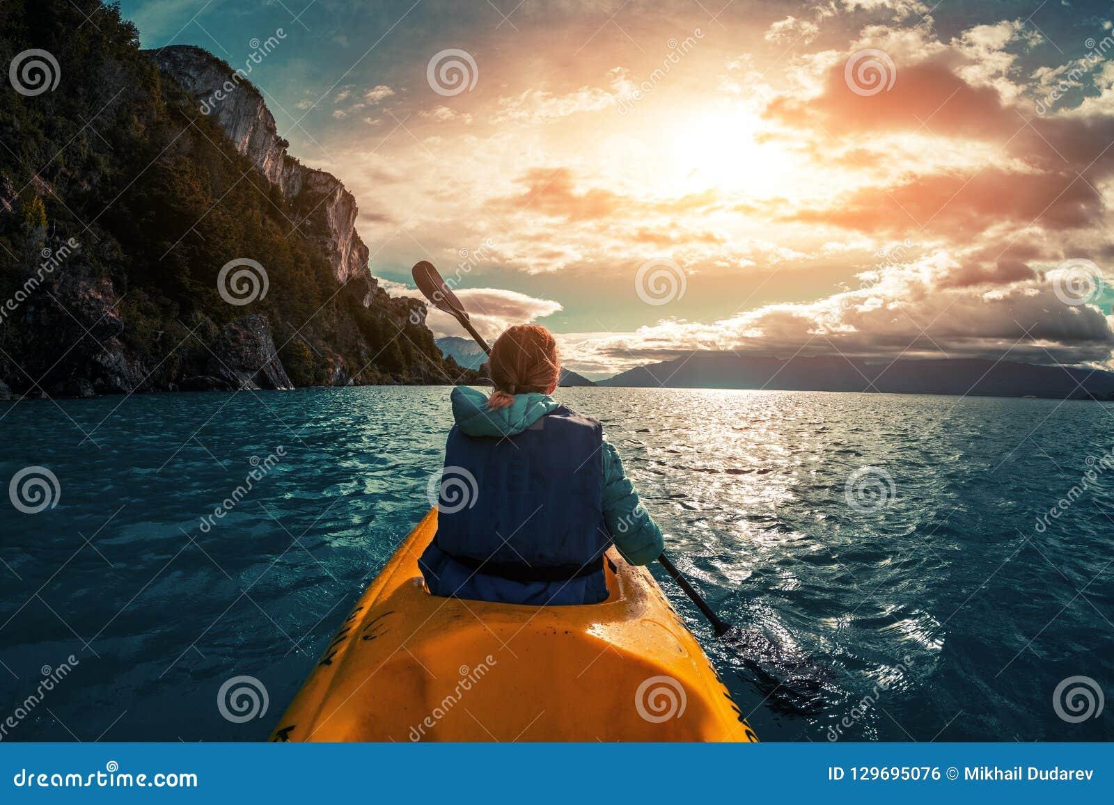 La femme barbote le kayak