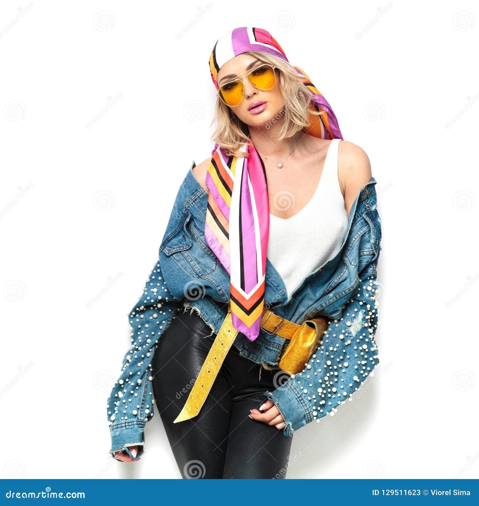 prix le moins cher plus grand choix découvrir les dernières tendances La Femme Blonde Sexy Avec Les Lèvres Et Le Foulard Séparés ...