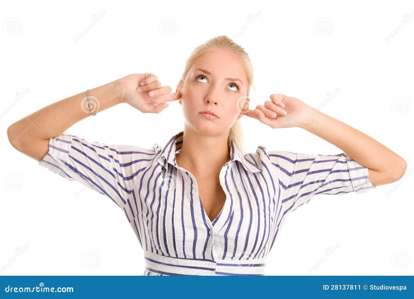 La femme branche des doigts dans des oreilles