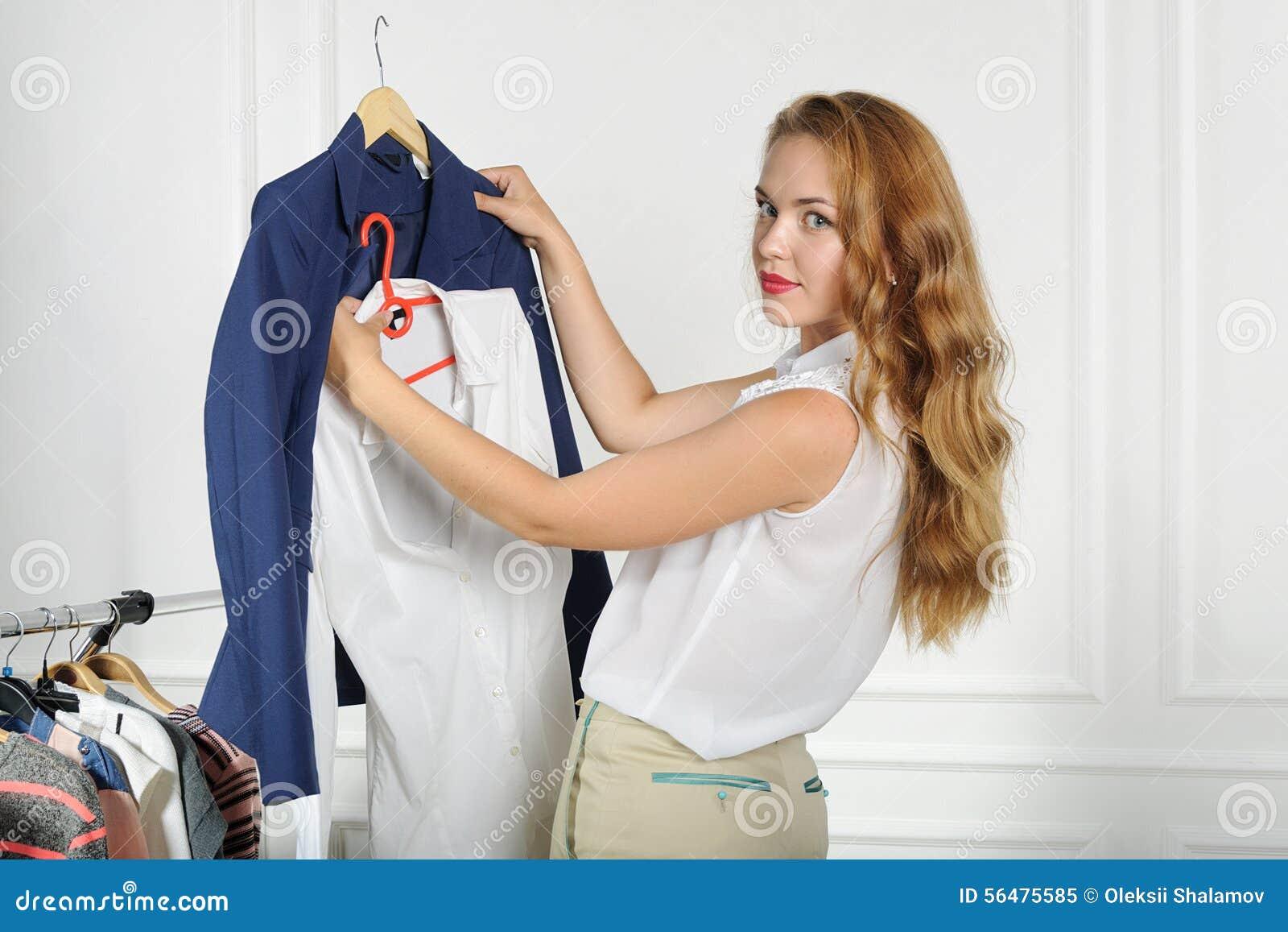 La femme choisit des vêtements dans un magasin d habillement