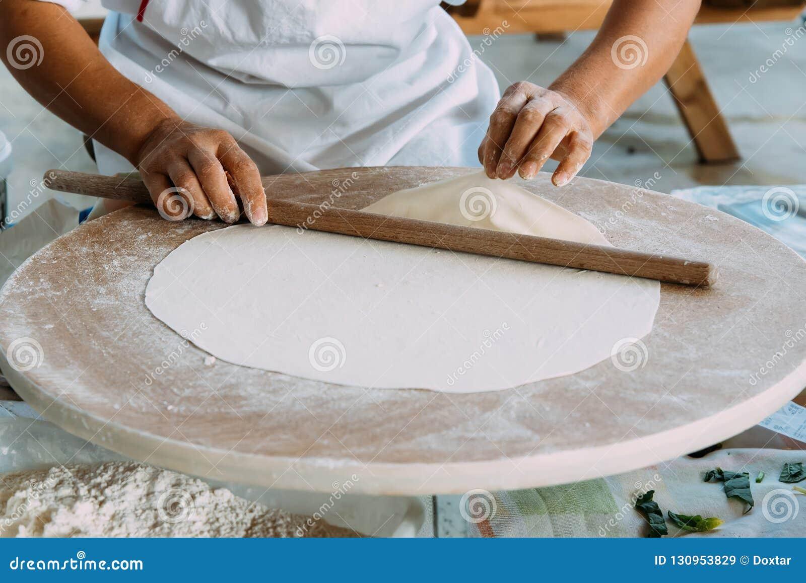 La femme déroule la pâte, gâteaux plats traditionnels turcs