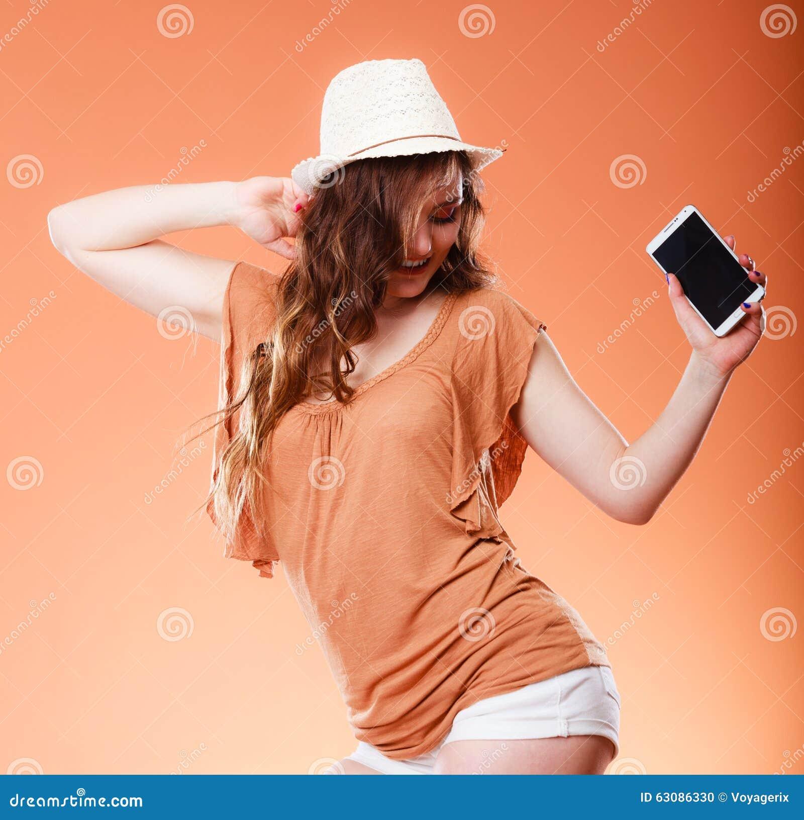 Download La Femme D'été Tient La Danse De Téléphone Portable Photo stock - Image du cellphone, brun: 63086330