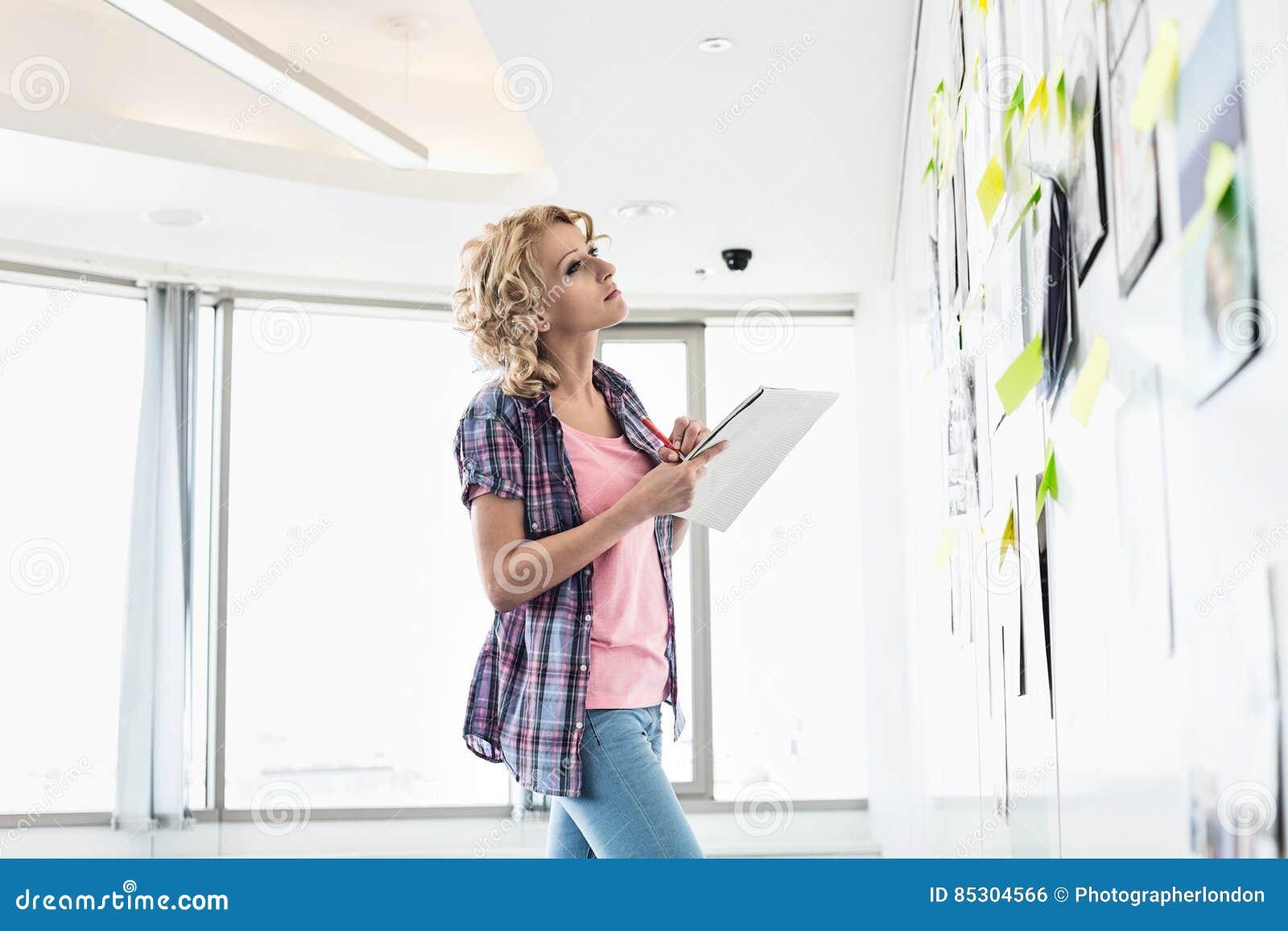 La Femme D Affaires Creative Regardant Des Papiers A Colle
