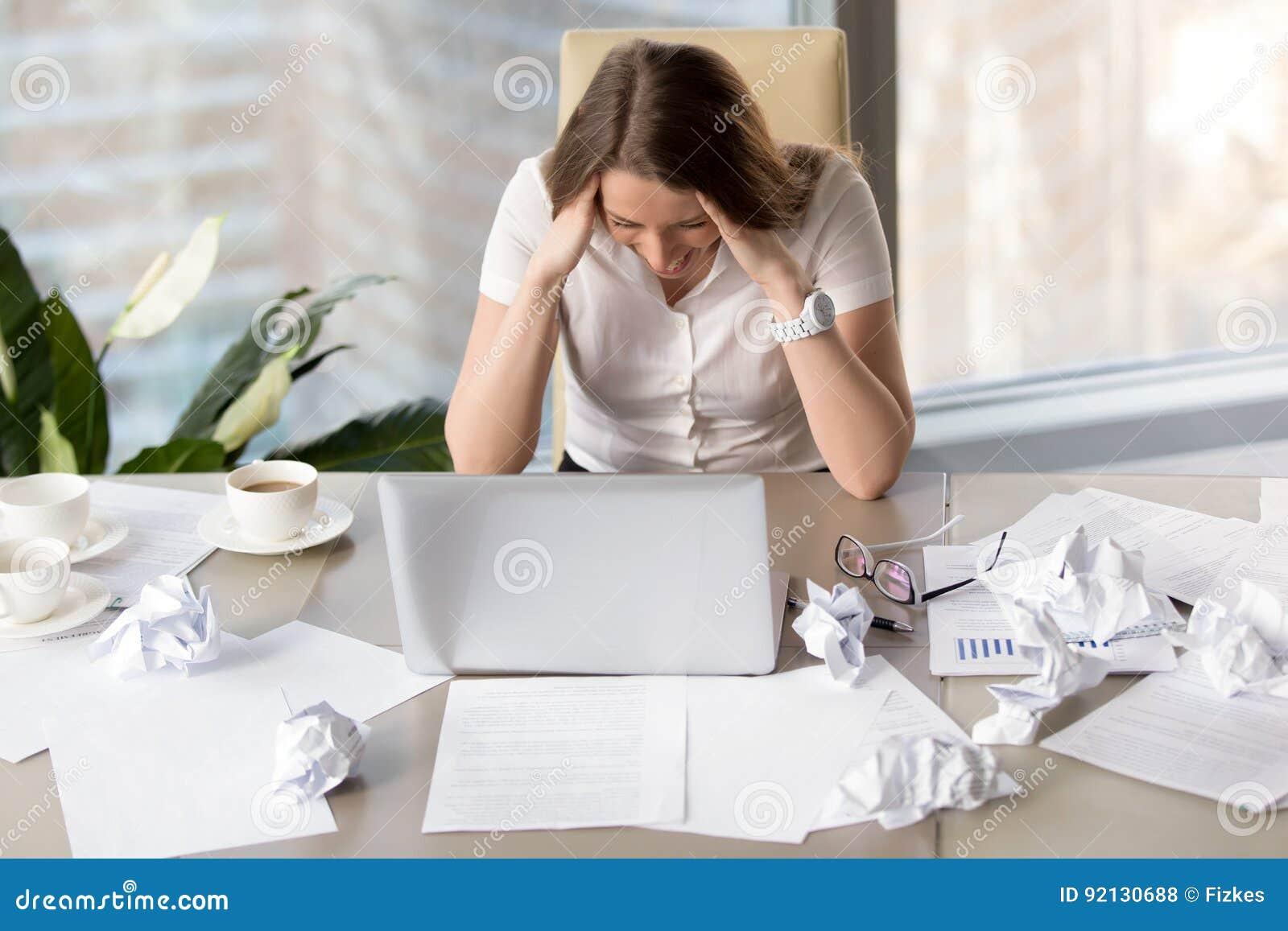 La femme d affaires devient folle en raison de la date-butoir absente