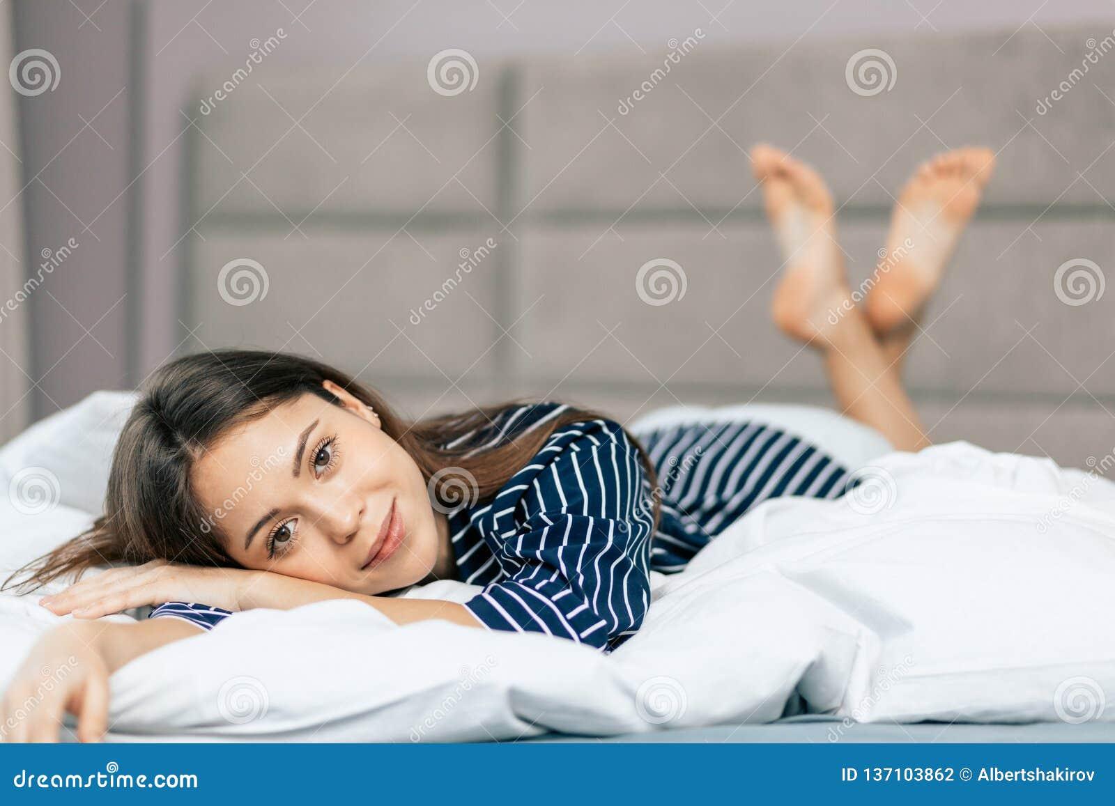 La femme d affaires gaie se repose à la maison