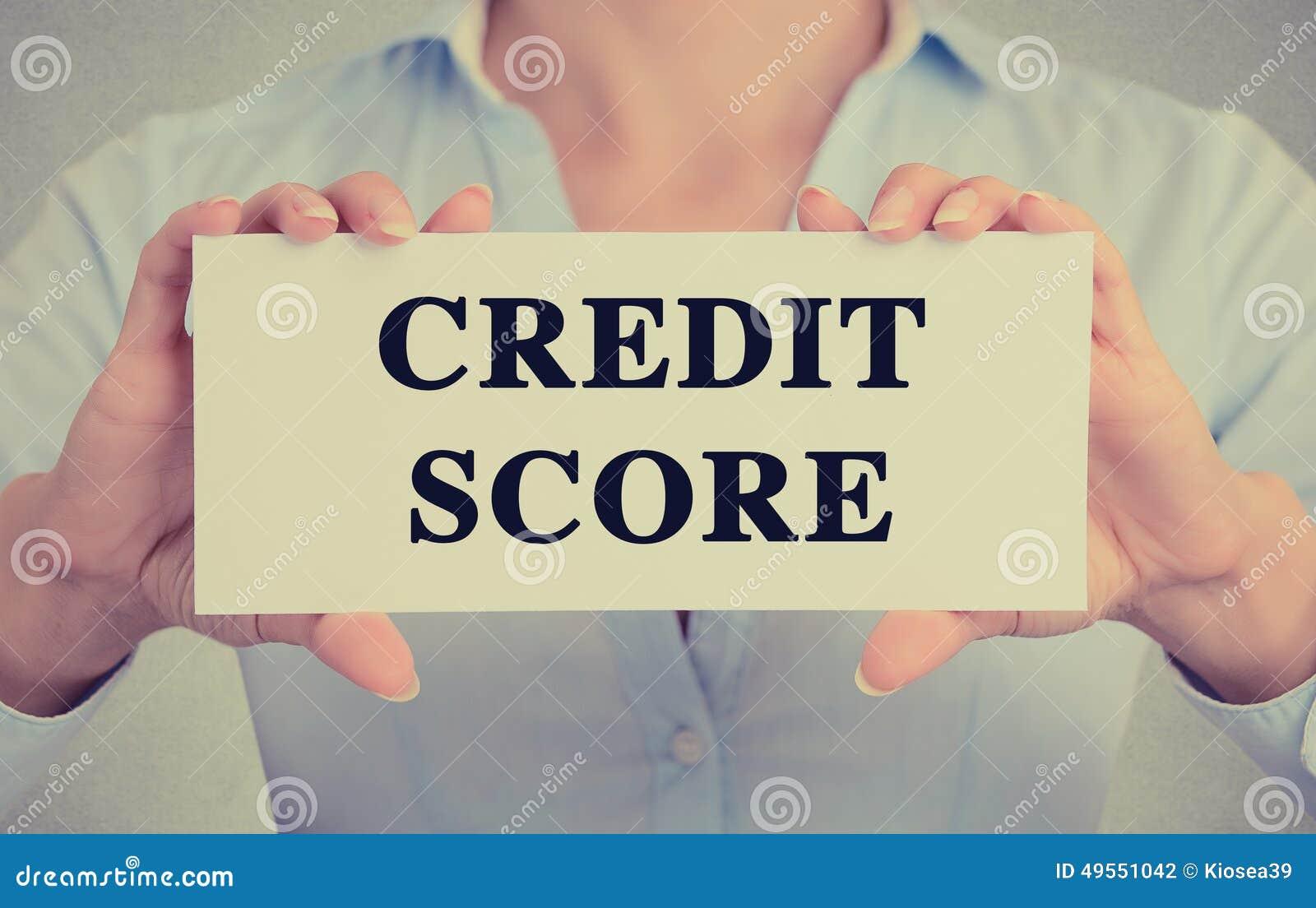 La femme d affaires remet tenir le signe de carte avec le message textuel de score de crédit