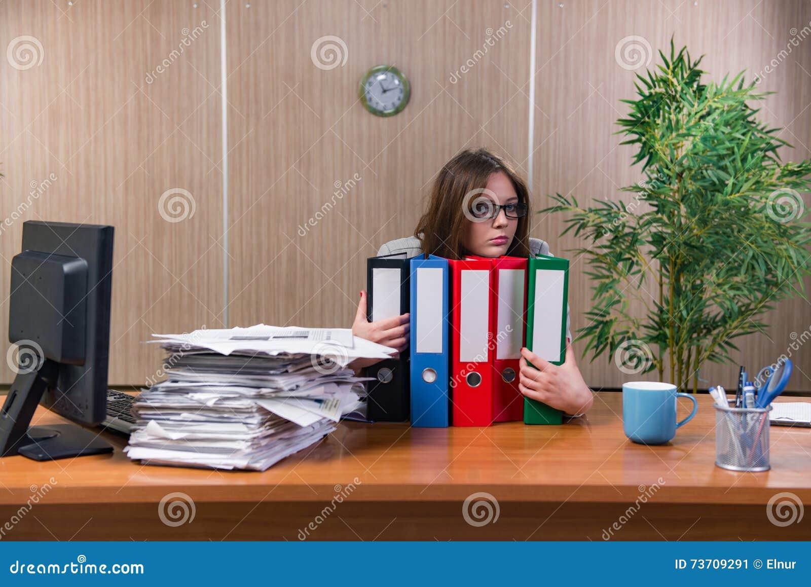 La femme d affaires sous l effort fonctionnant dans le bureau
