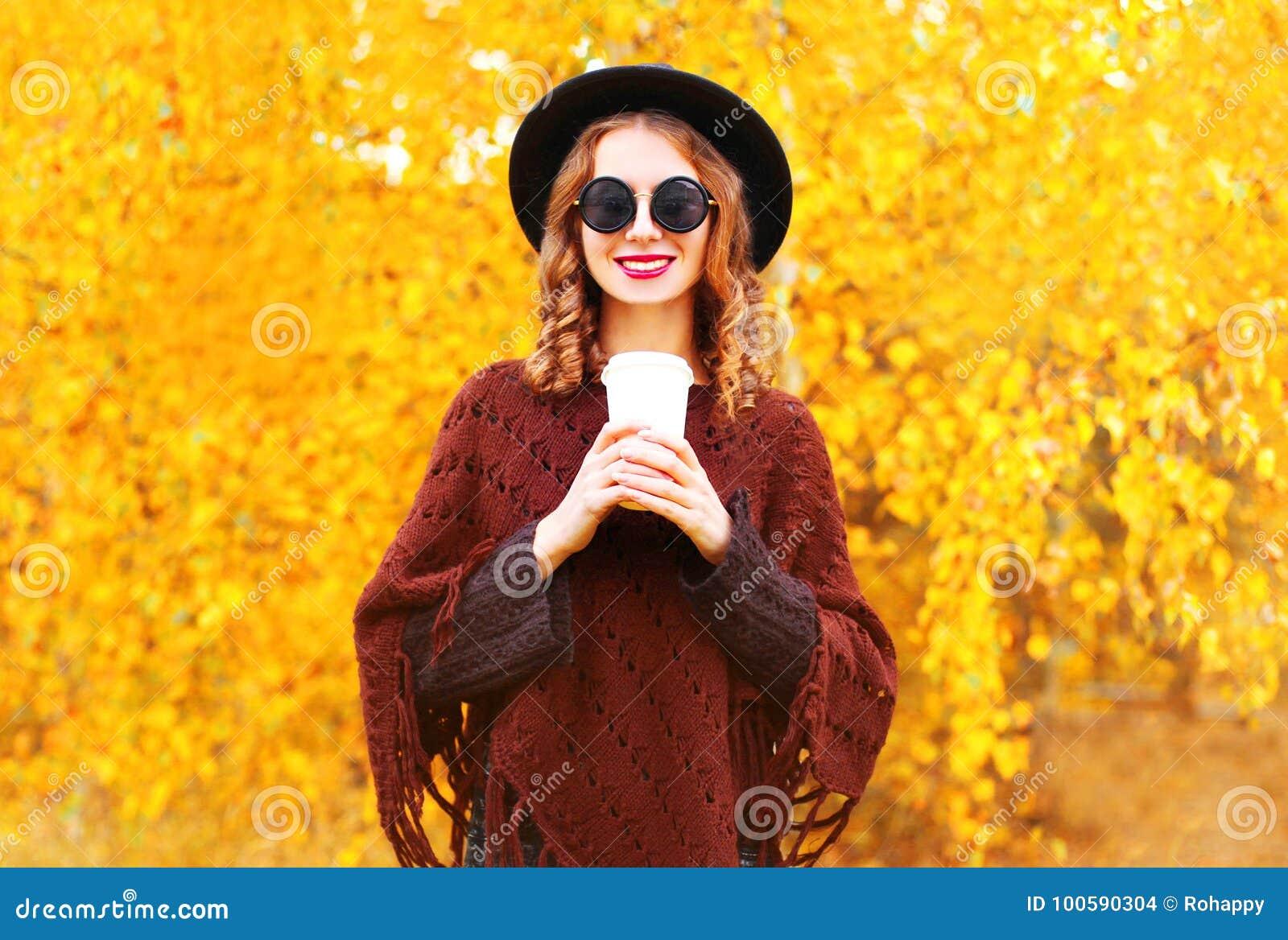 La Femme D\'automne De Mode Tient La Tasse De Café Dans Le Chapeau ...