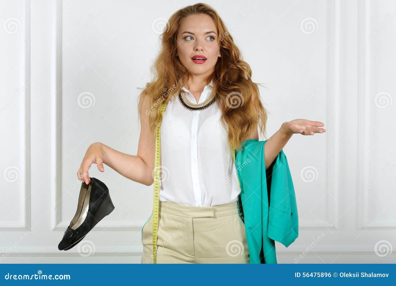 La femme dans la confusion tient des vêtements