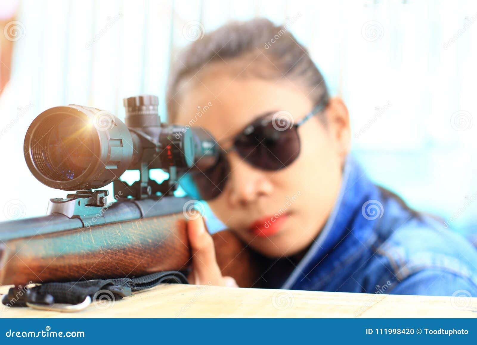 La femme dans le costume de jeans et les lunettes de soleil de port avec le 7d699607eaa8
