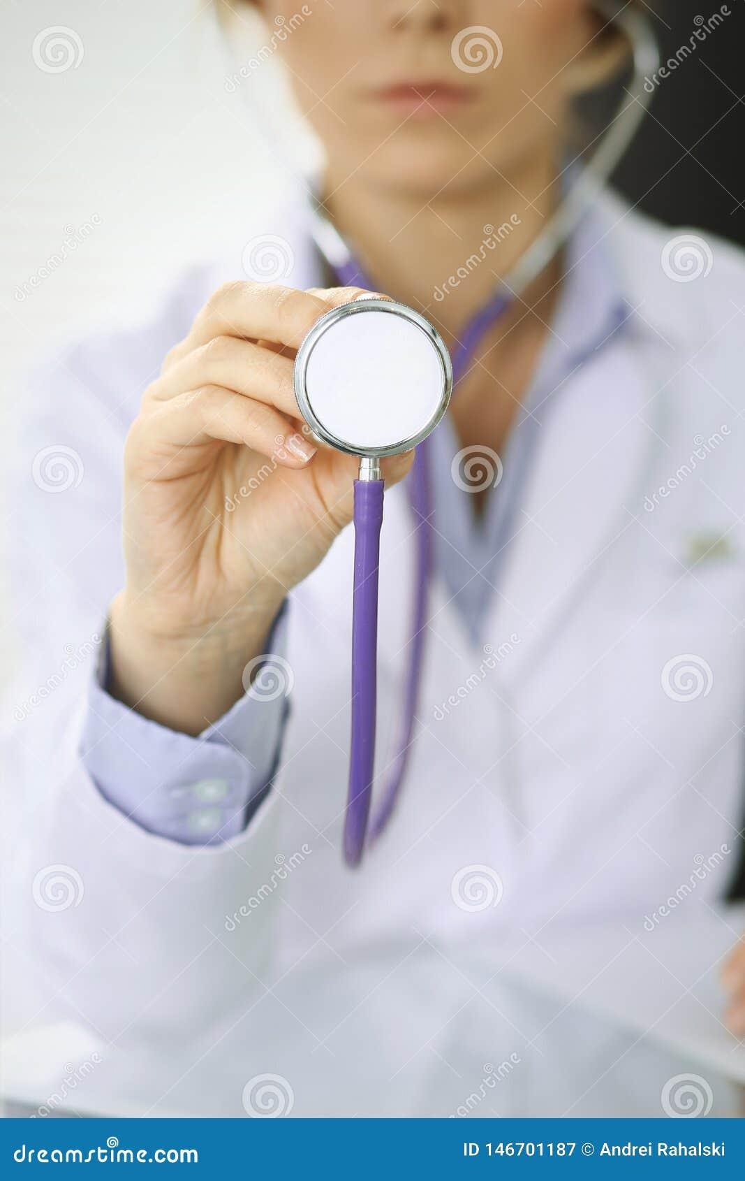 La femme de docteur tient la t?te de st?thoscope, plan rapproch? des mains M?decin pr?t ? examiner et aider le patient Aide et