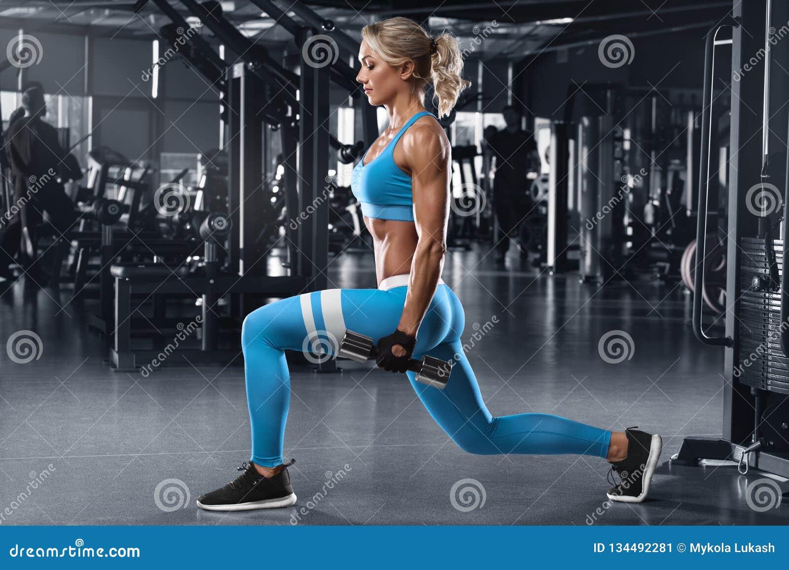 La femme de forme physique faisant des mouvements brusques s exerce pour la formation de séance d entraînement de muscle de jambe
